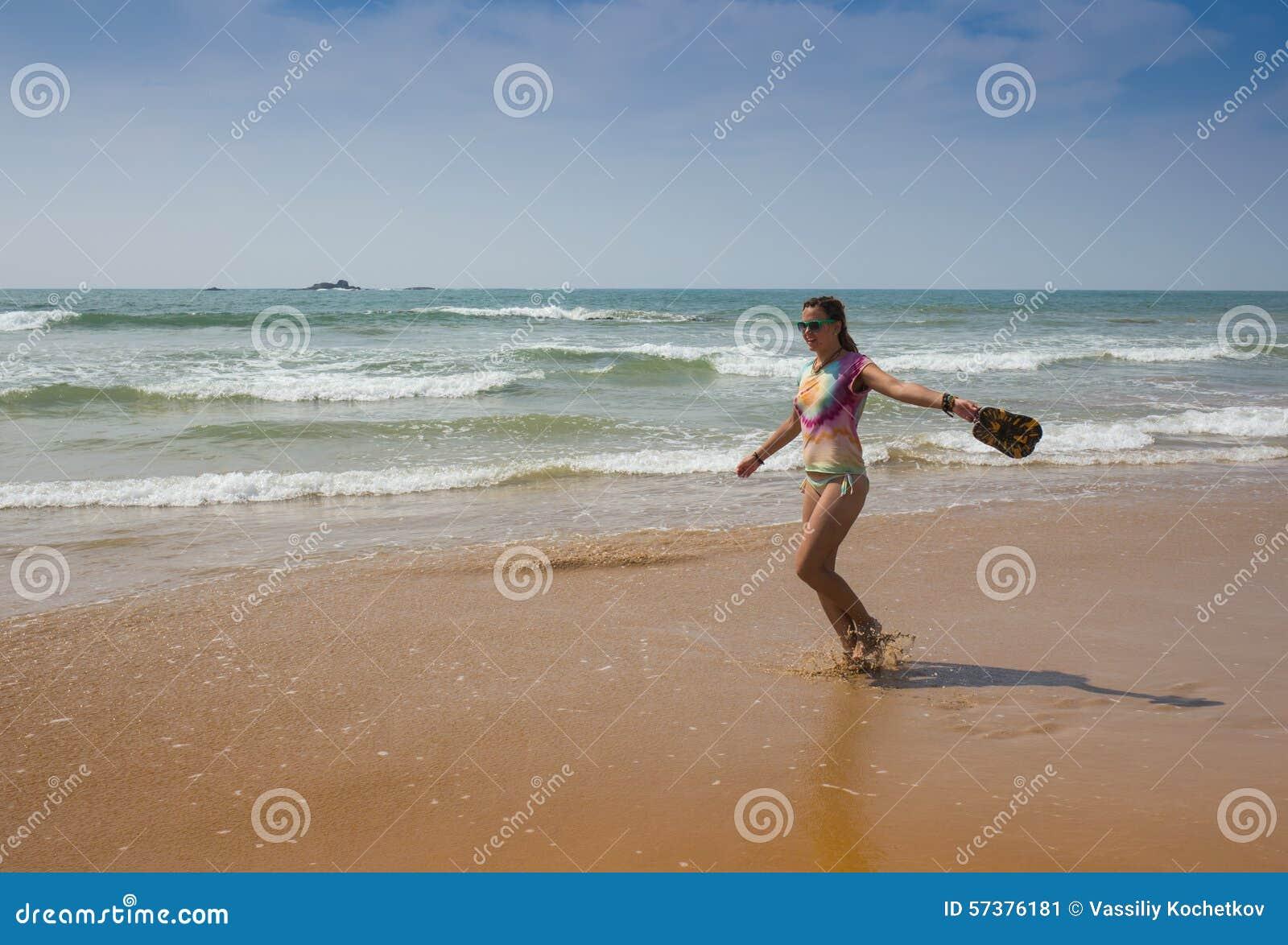 Mooie vrouw in bikini het zonnebaden
