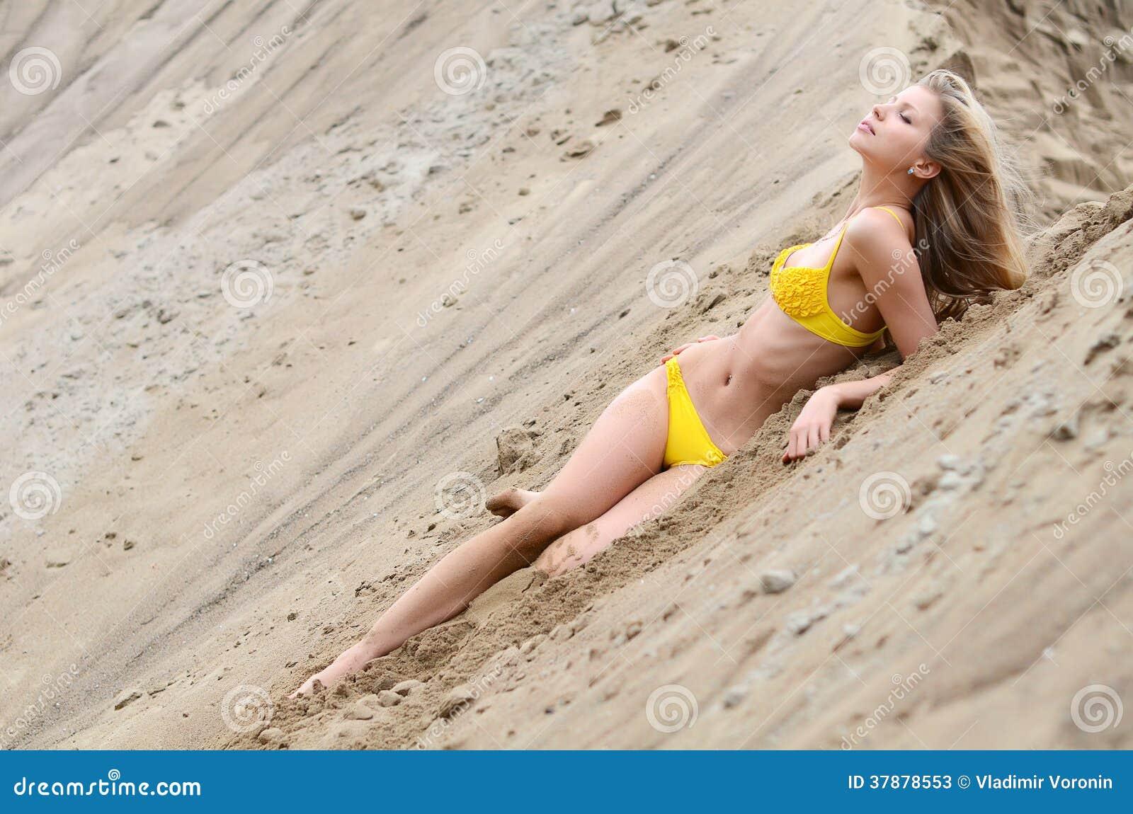 Mooie vrouw in bikini op zand