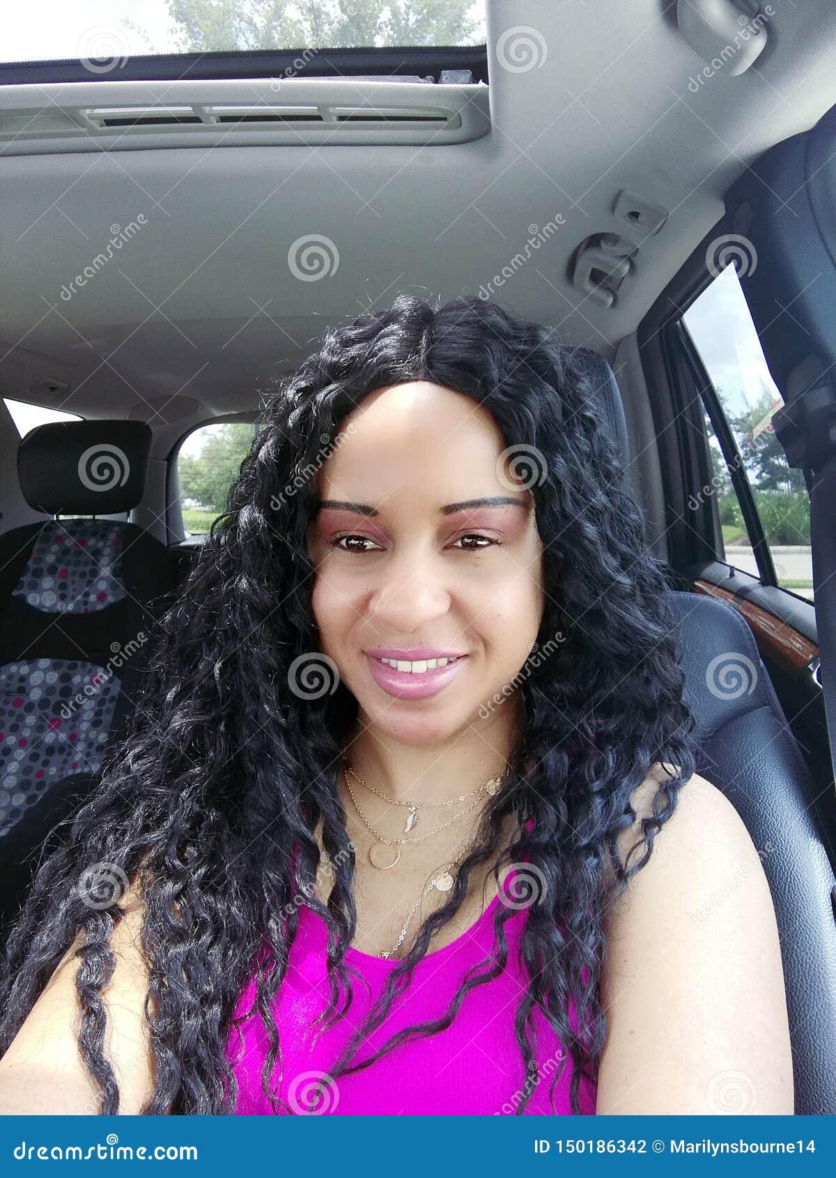 Mooie Vrouw die in Autoportret glimlacht met Kind Seat in de Rug