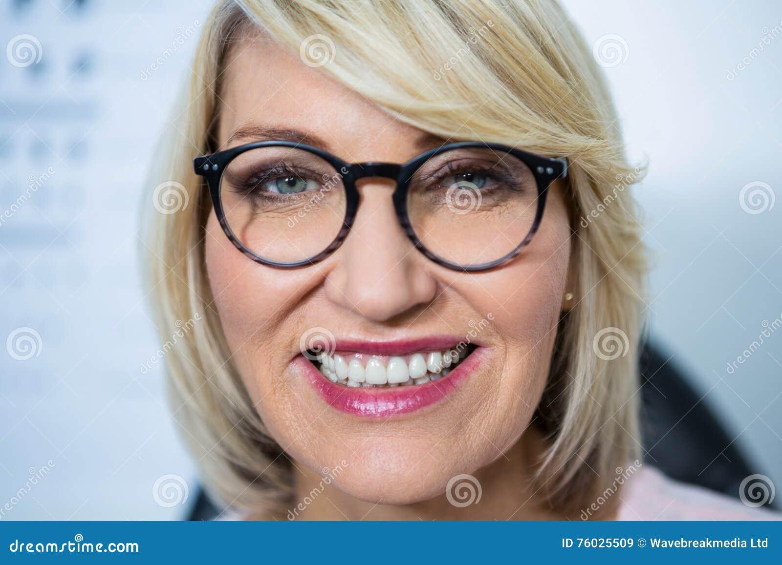 6e6330965c80aa Mooie Vrouw Die Bril In Optische Opslag Dragen Stock Afbeelding ...