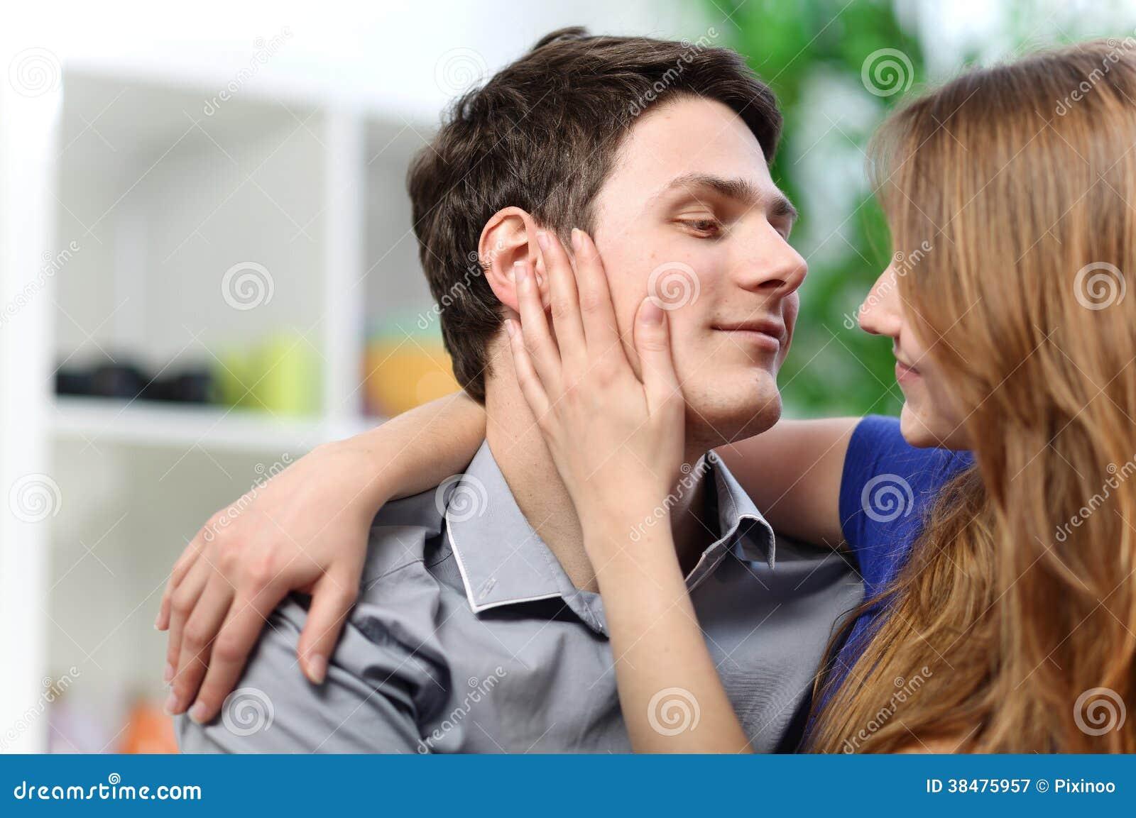 Mooie brunette geniet van haar vriend