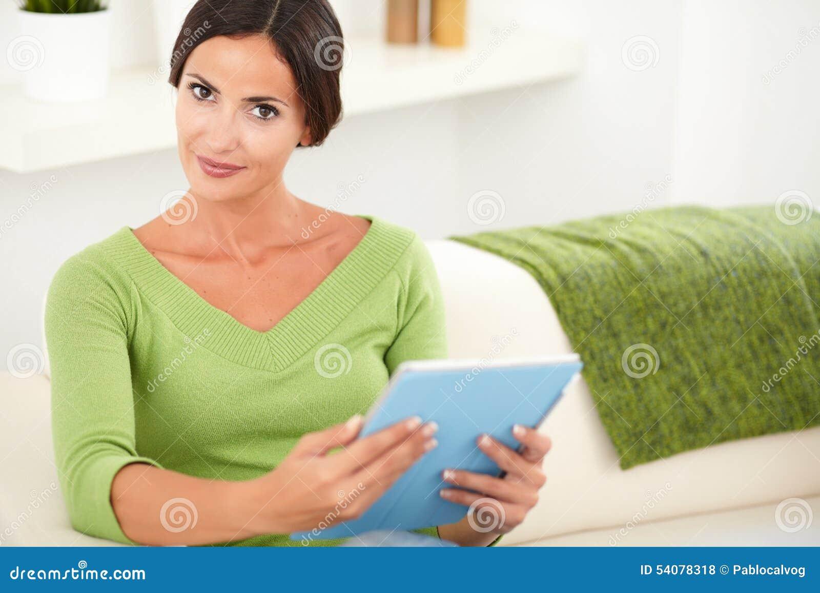 Mooie vrouw die een tablet binnen houden