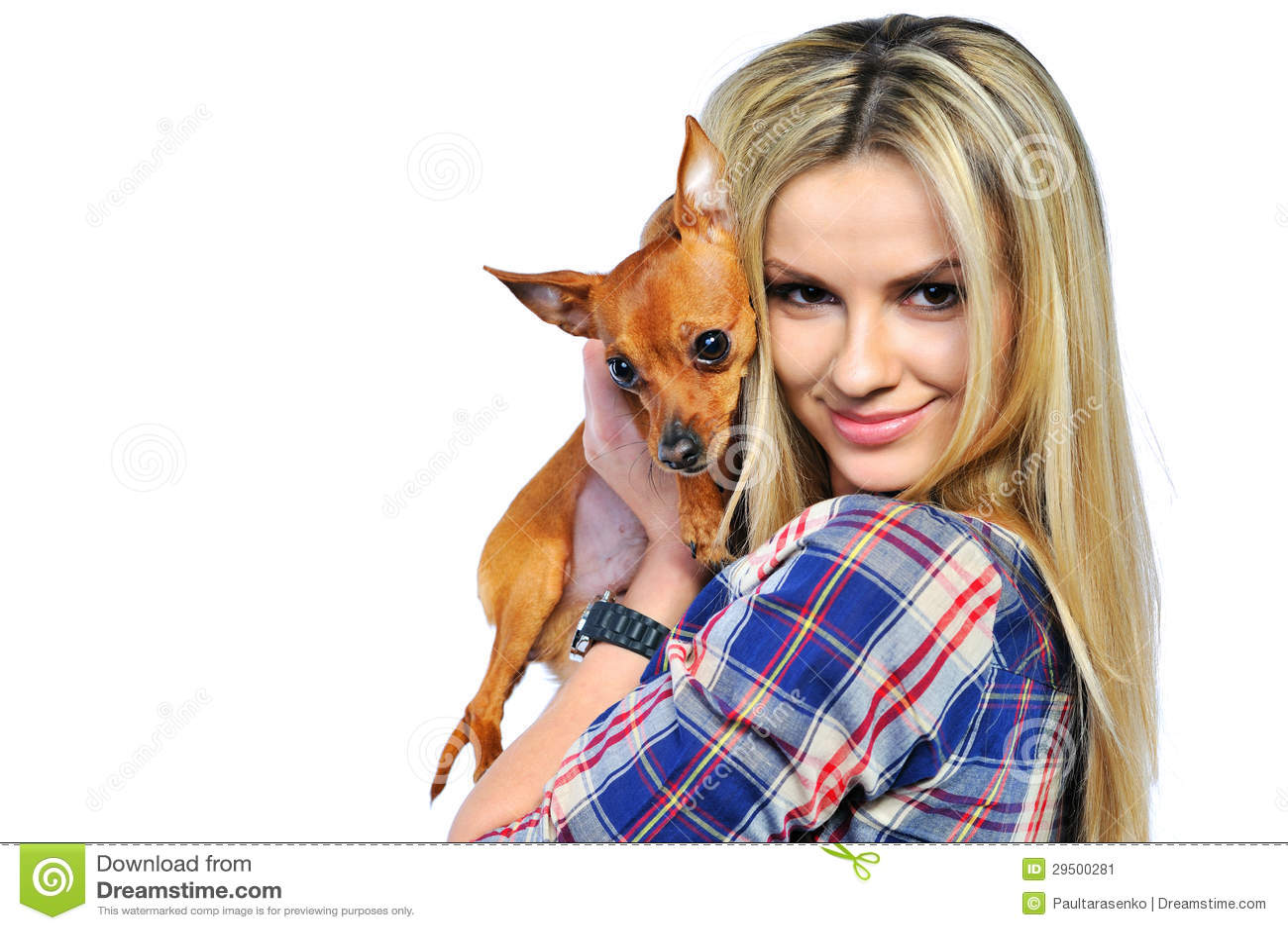 Mooie vrouw die haar zoet die puppy houdt op wit wordt geïsoleerd