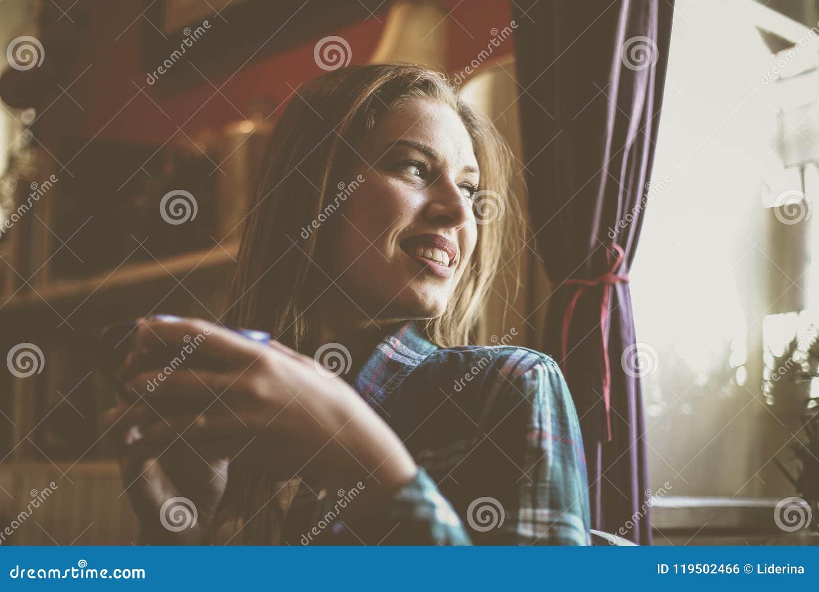 Mooie vrouw die in kop van koffie genieten van Jonge mens mede drinken