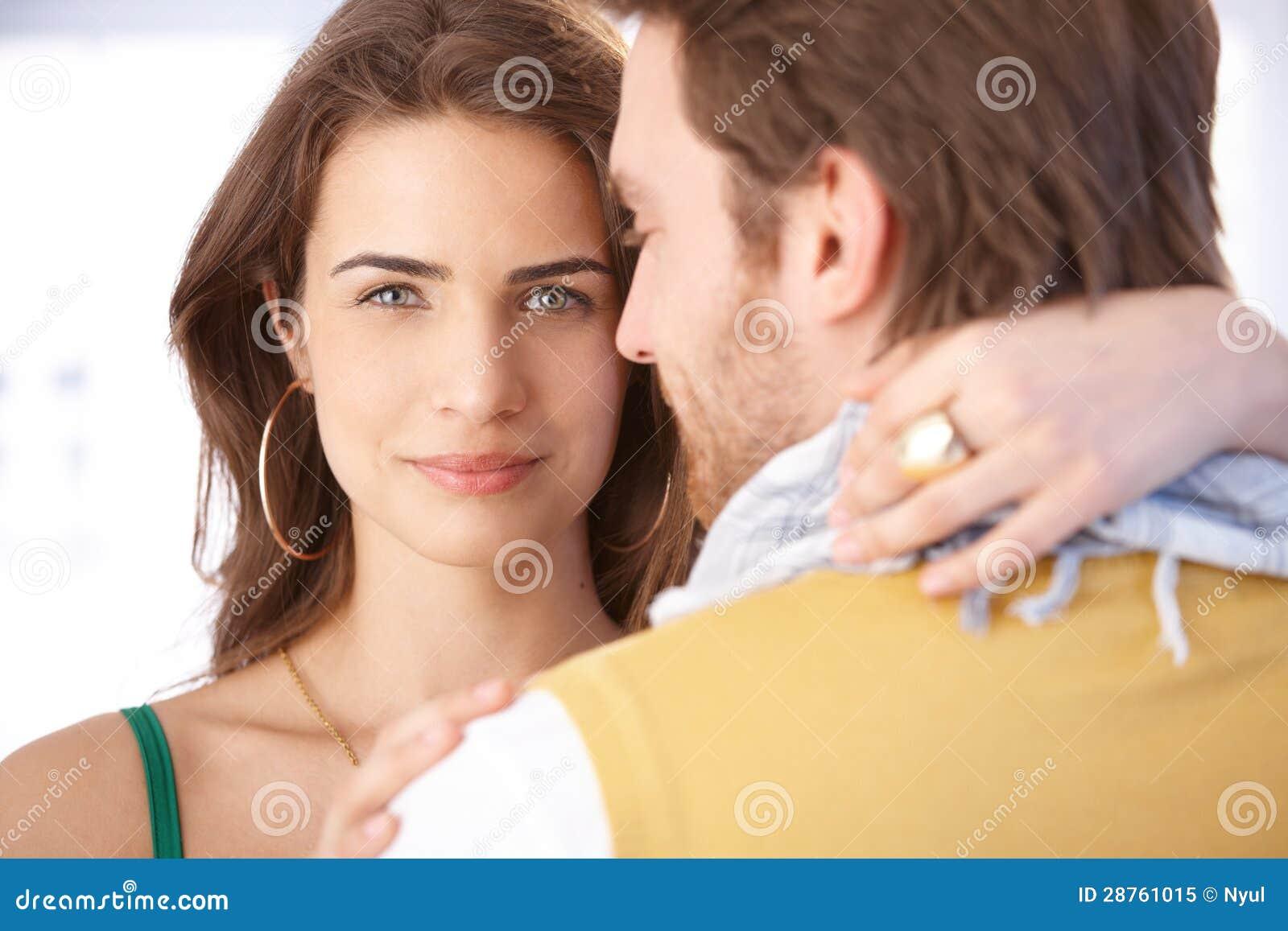 Mooie vrouw die man het glimlachen omhelzen