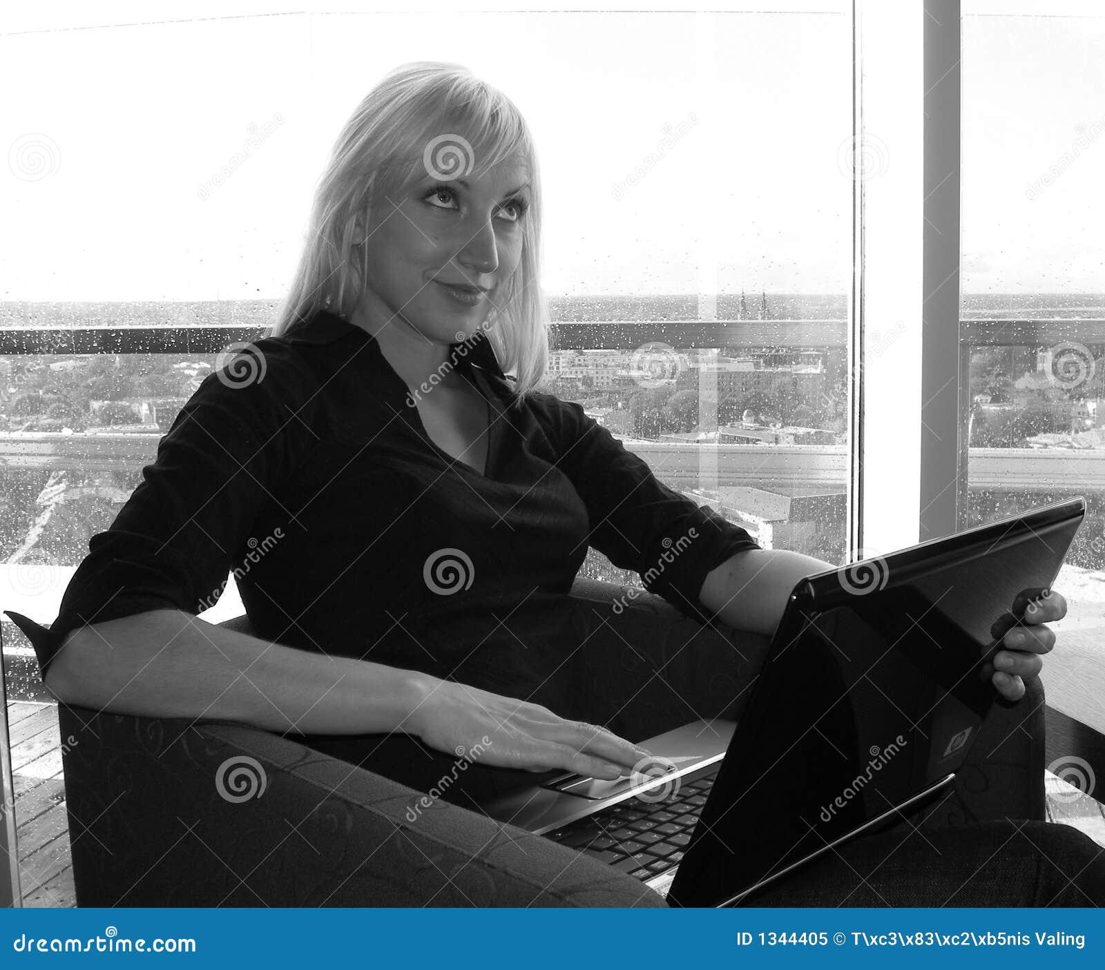 Mooie vrouw die met laptop werkt
