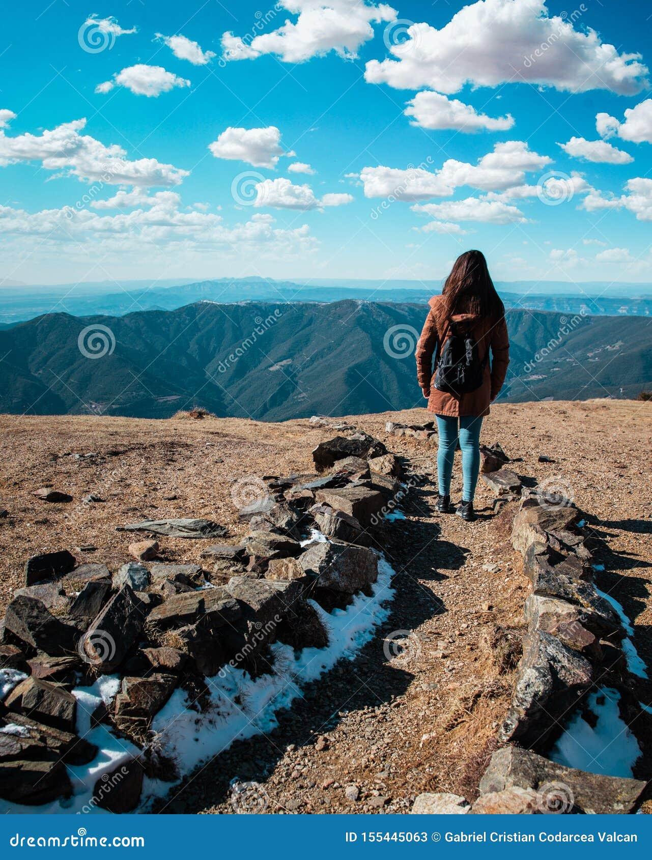 Mooie vrouw die op bergweg tijdens de winter of de herfst in Catalonië ( wandelen; Turo del Home - Spanje