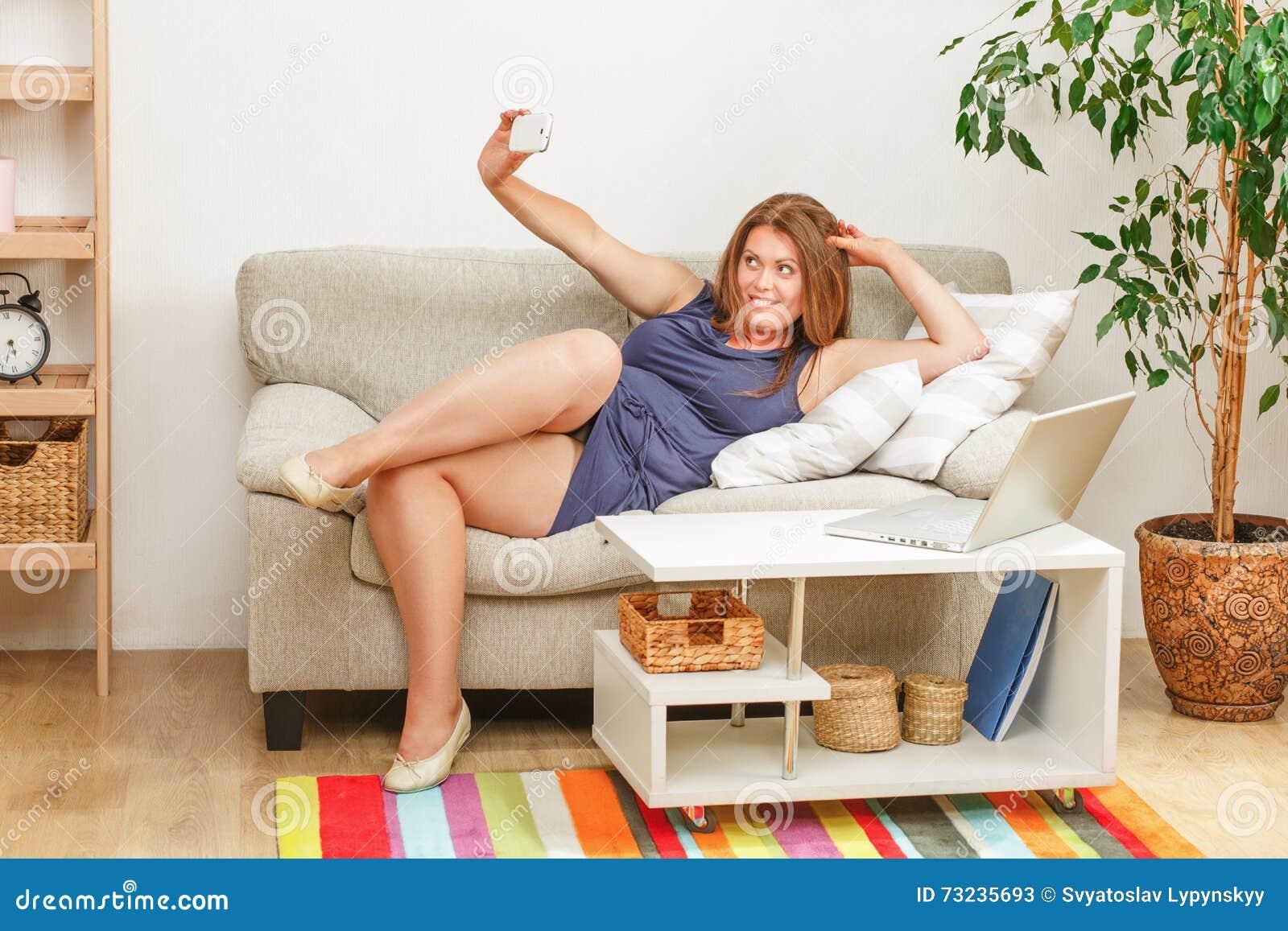 Mooie vrouw die selfies thuis maken