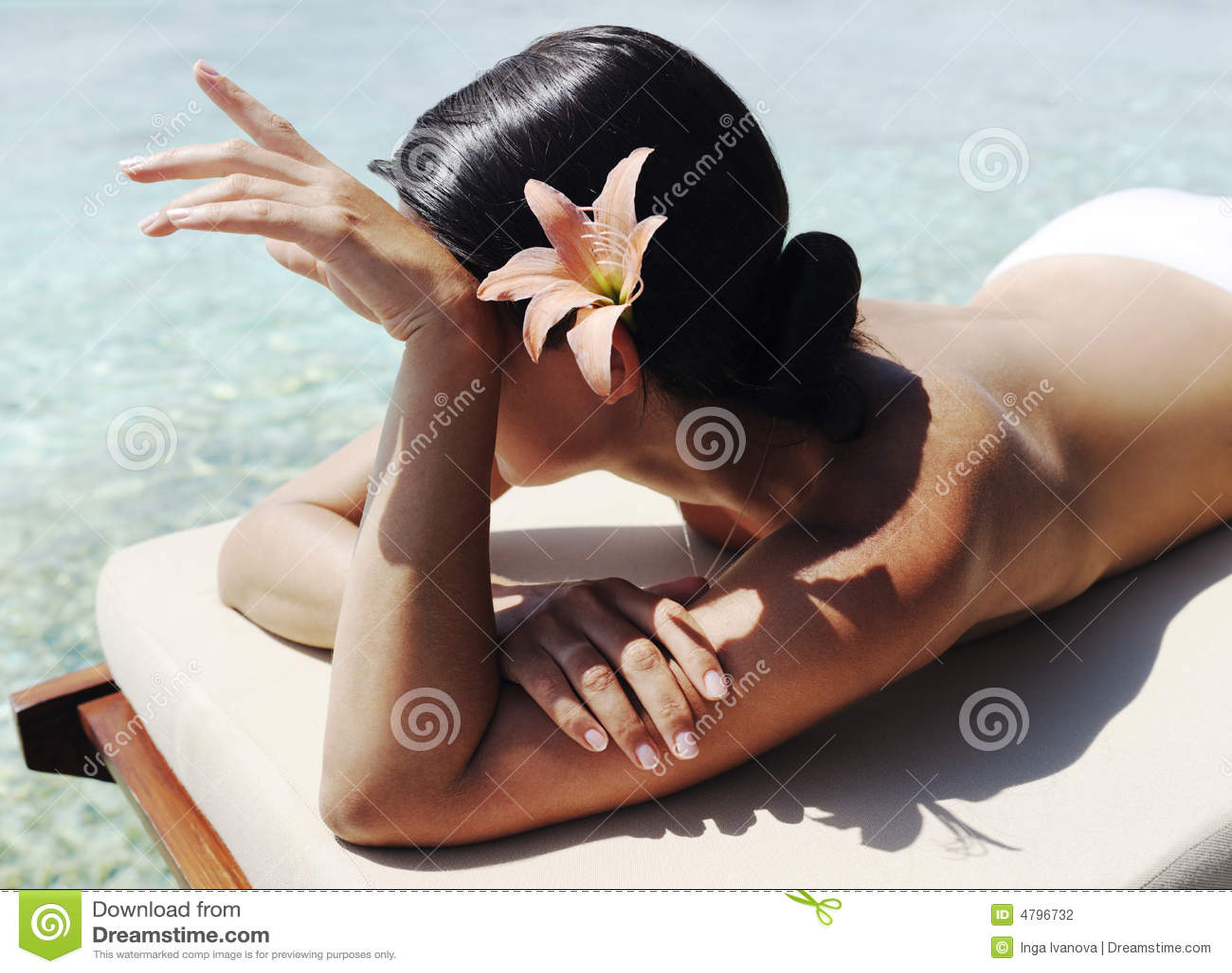 Mooie vrouw die sunbath neemt
