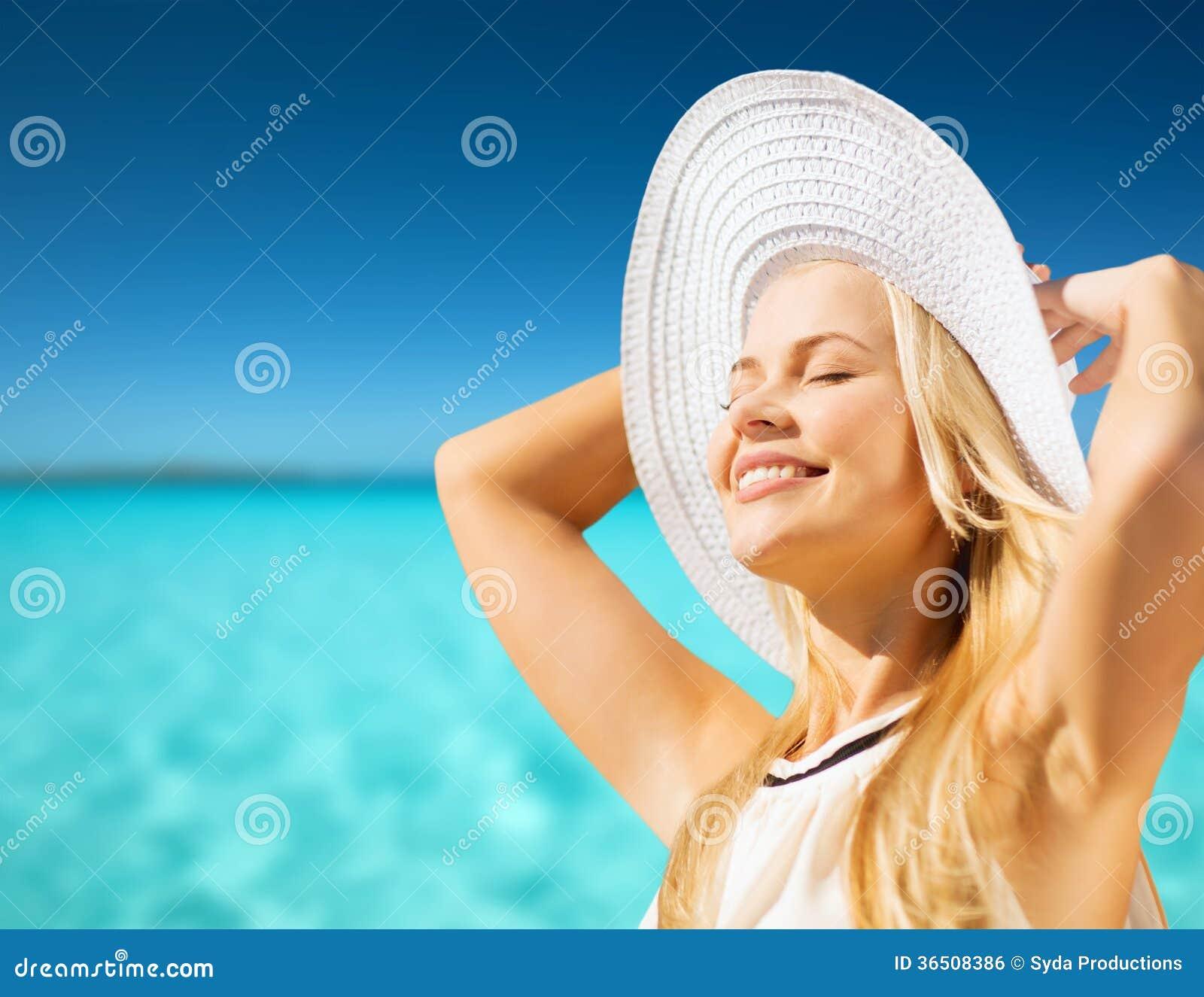 Mooie vrouw die van de zomer in openlucht genieten
