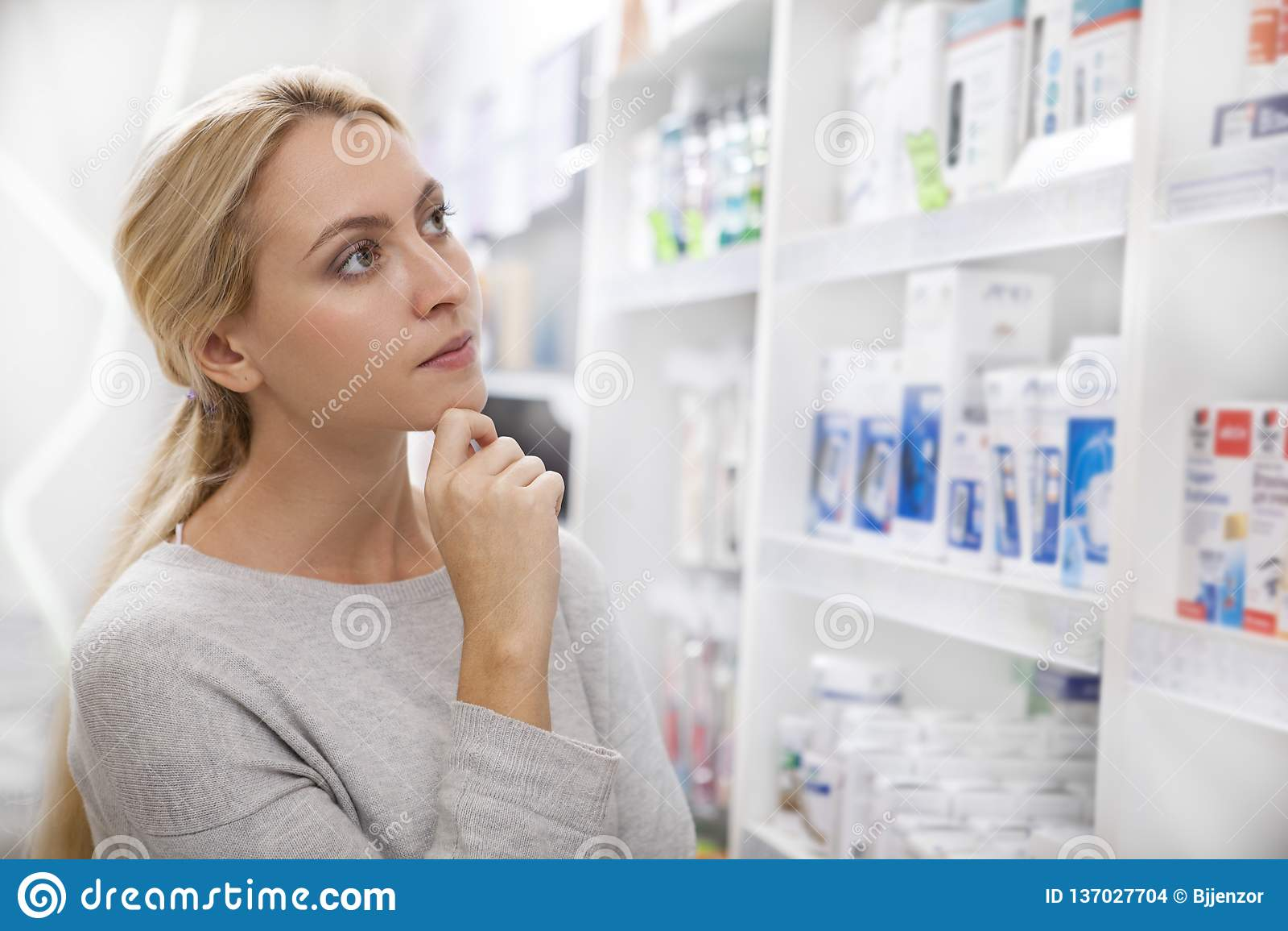 Mooie vrouw die voor geneeskunde winkelen