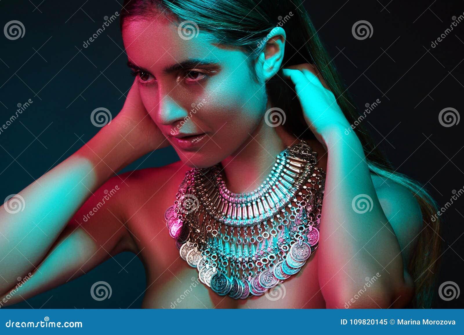 Mooie vrouw in een halsband Model in juwelen van zilver Mooie Indische juwelen Verstralers