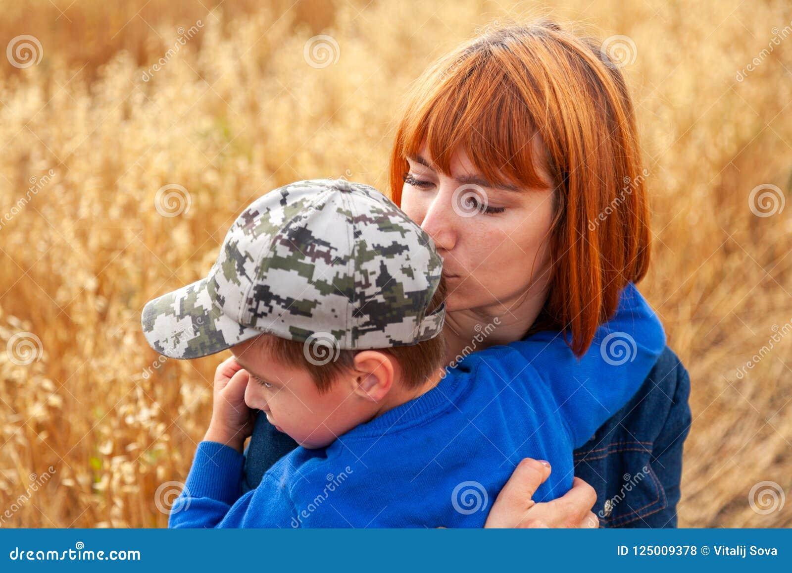 Mooie vrouw en haar weinig zoon