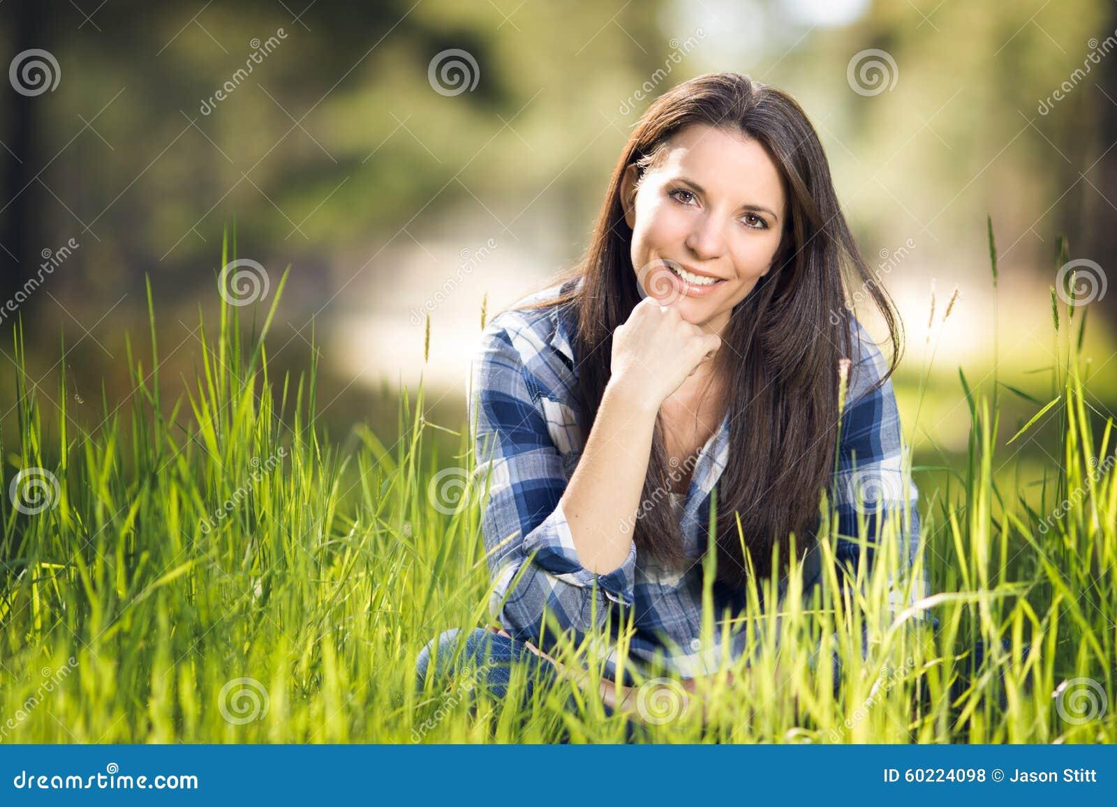 Mooie vrouw in gras