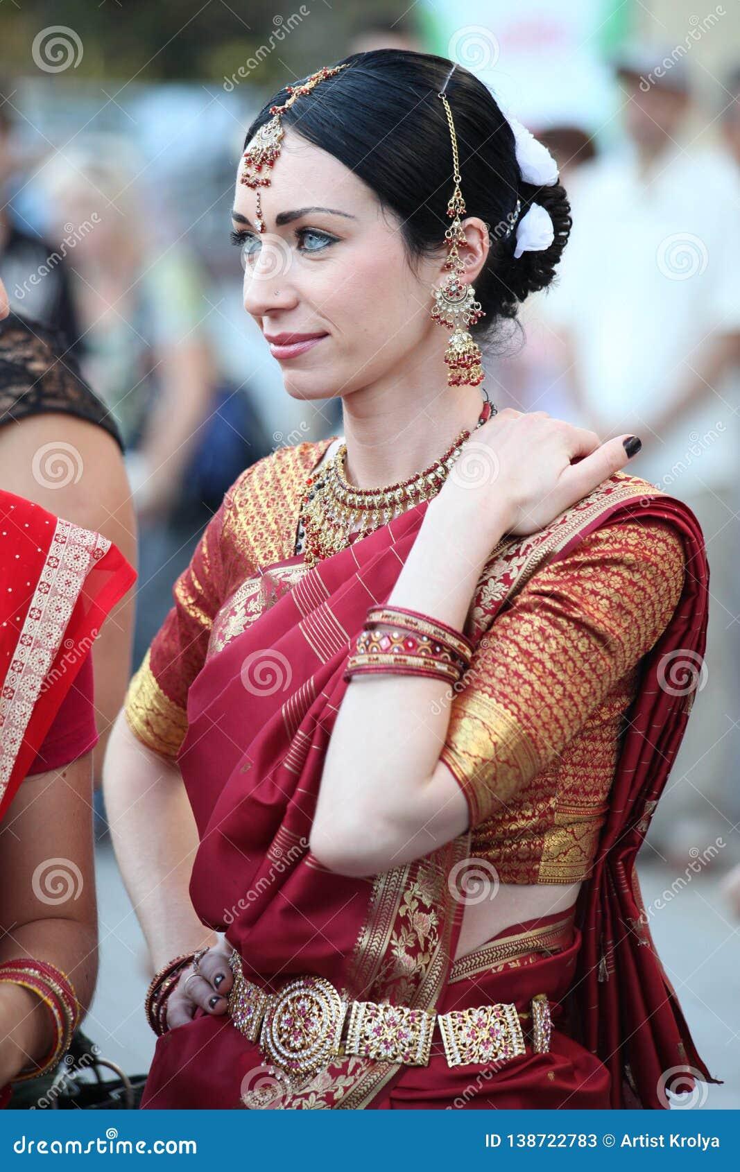 Mooie vrouw in het Indische kostuum van Sari
