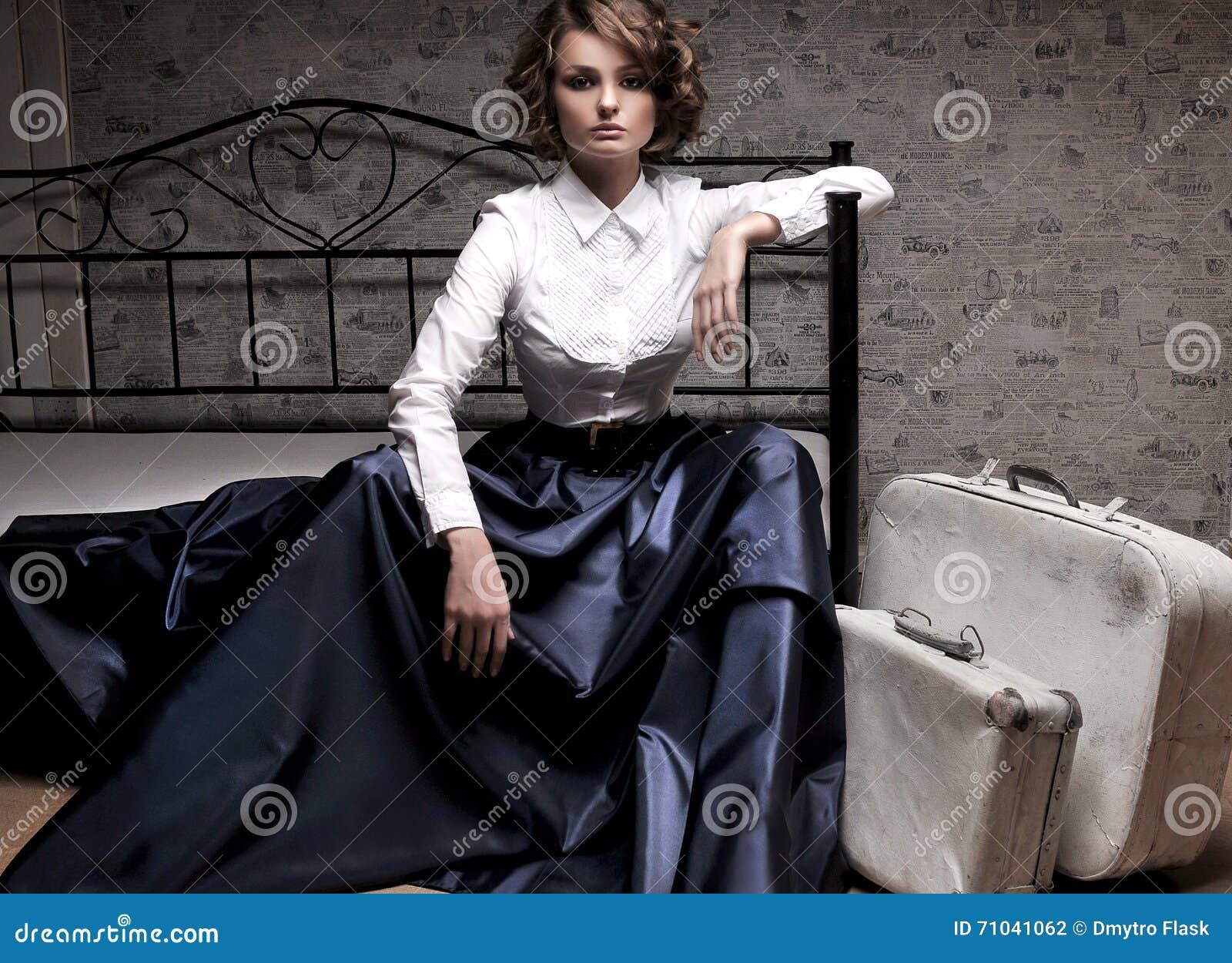 29ffb4781bad6b Mooie Vrouw In Lange Rok En Witte Blouse Stock Foto - Afbeelding ...