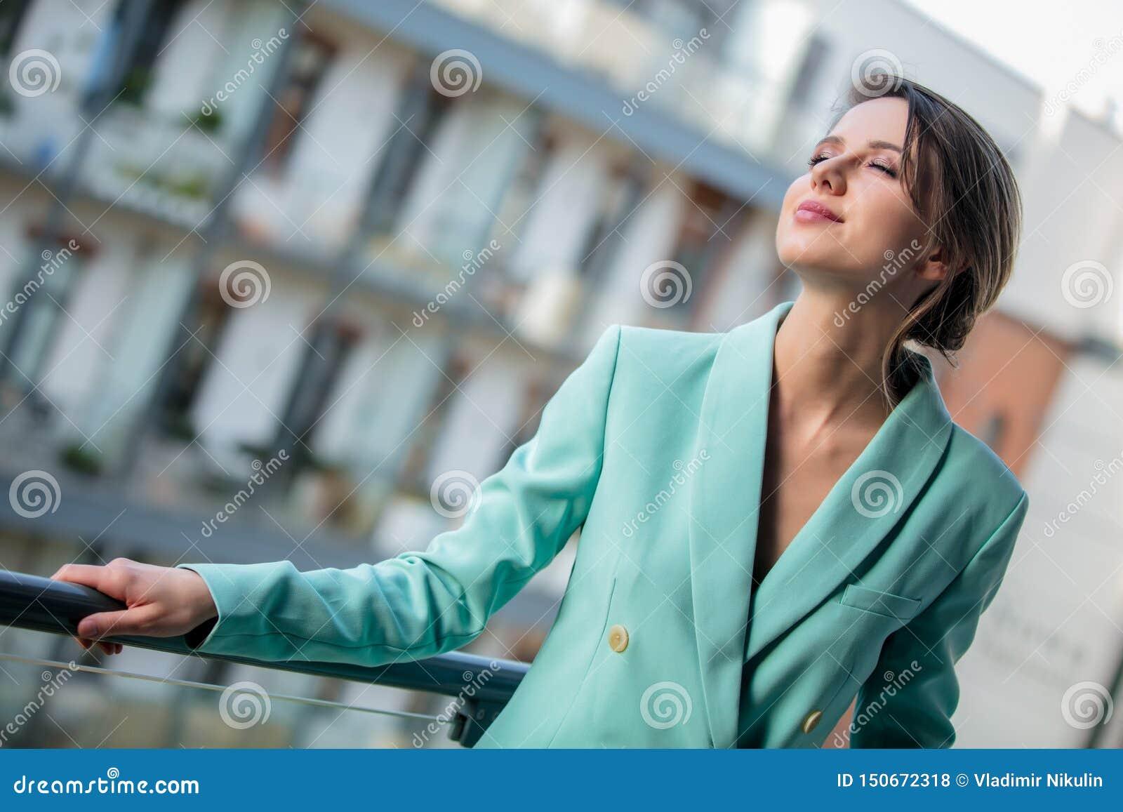 Mooie vrouw in matroos bij balkon