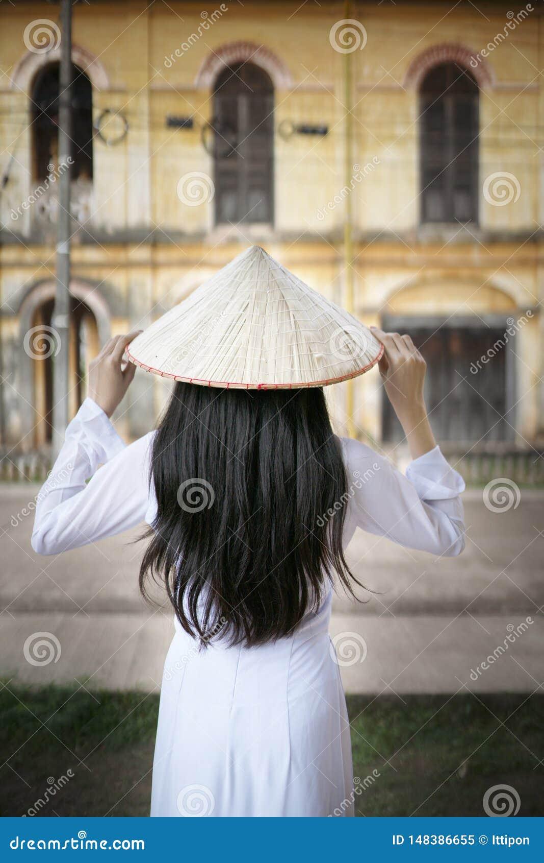 Mooie vrouw met de cultuur traditionele kleding van Vietnam, Ao dai
