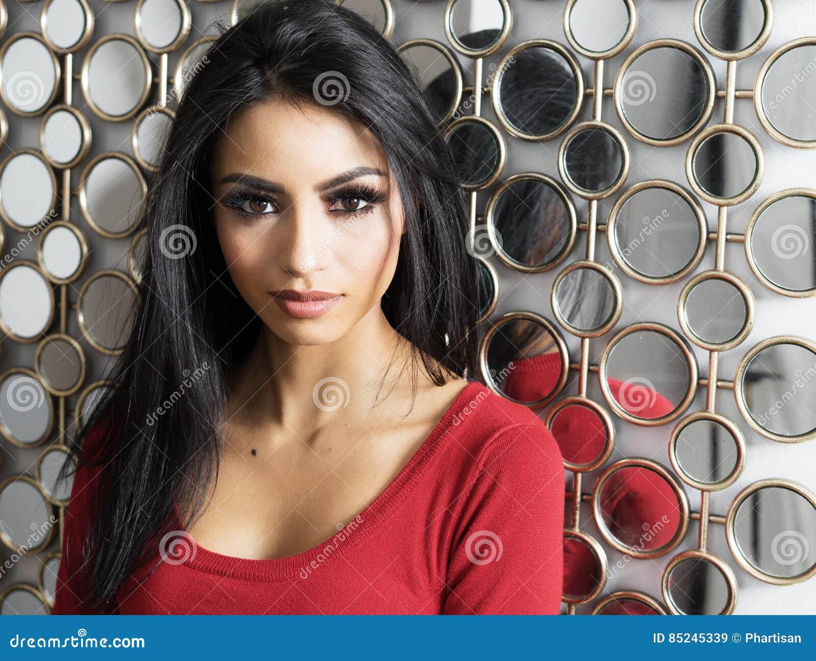 Mooie Vrouw Met Exotische Eigenschappen En Lang Donker