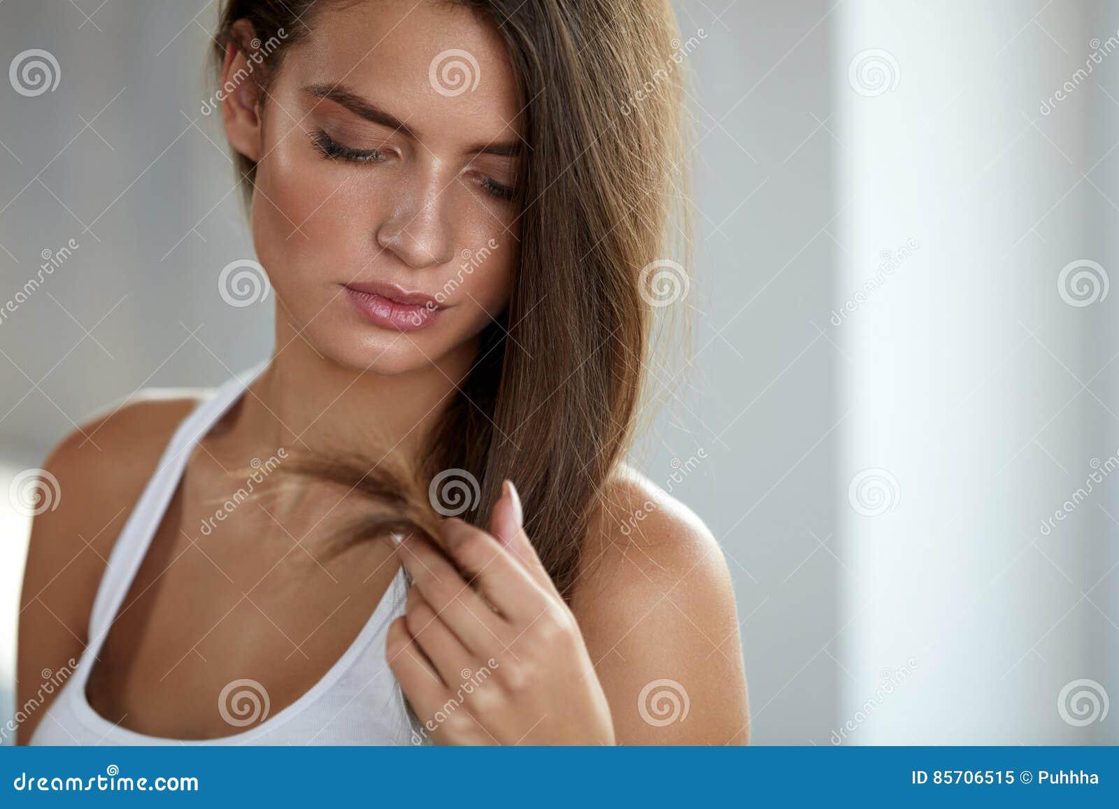 Mooie Vrouw met Gespleten Gebeëindigd Haar Haarverzorgingconcept