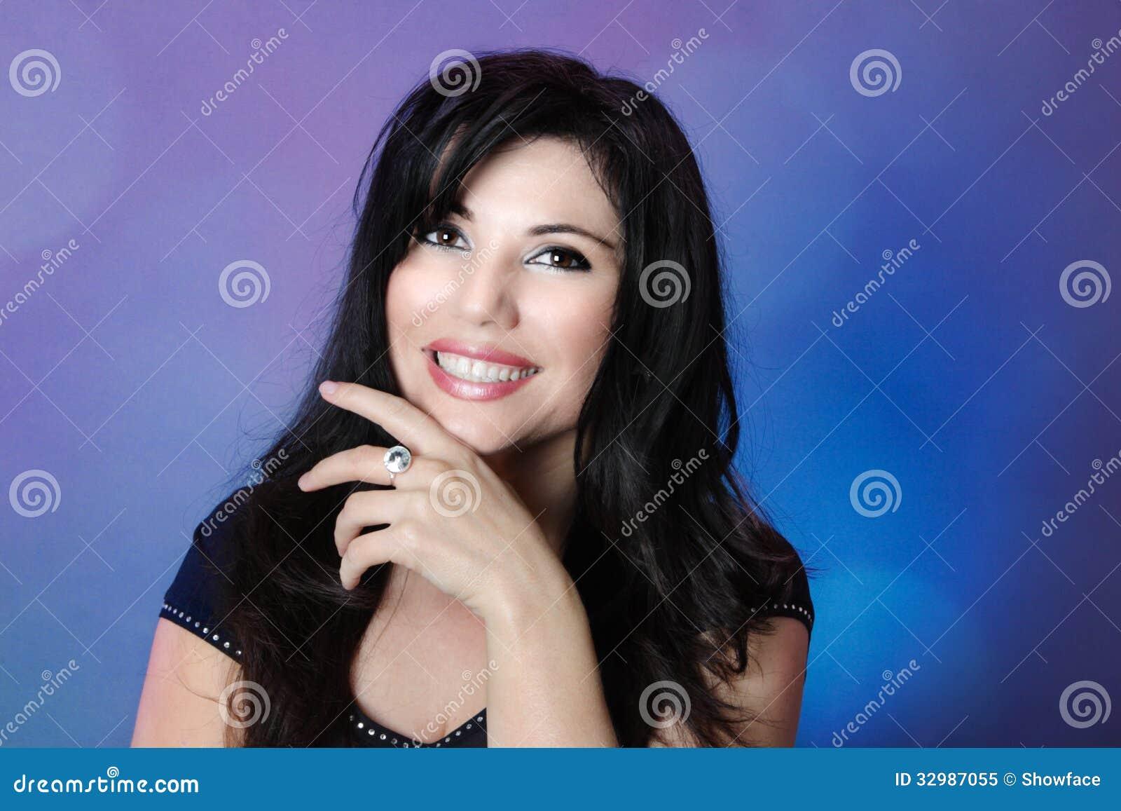 Mooie vrouw met glanzend zwart haar en grote gelukkige glimlach