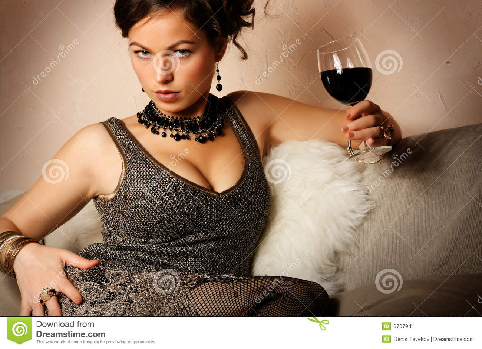 Mooie vrouw met glas rode wijn