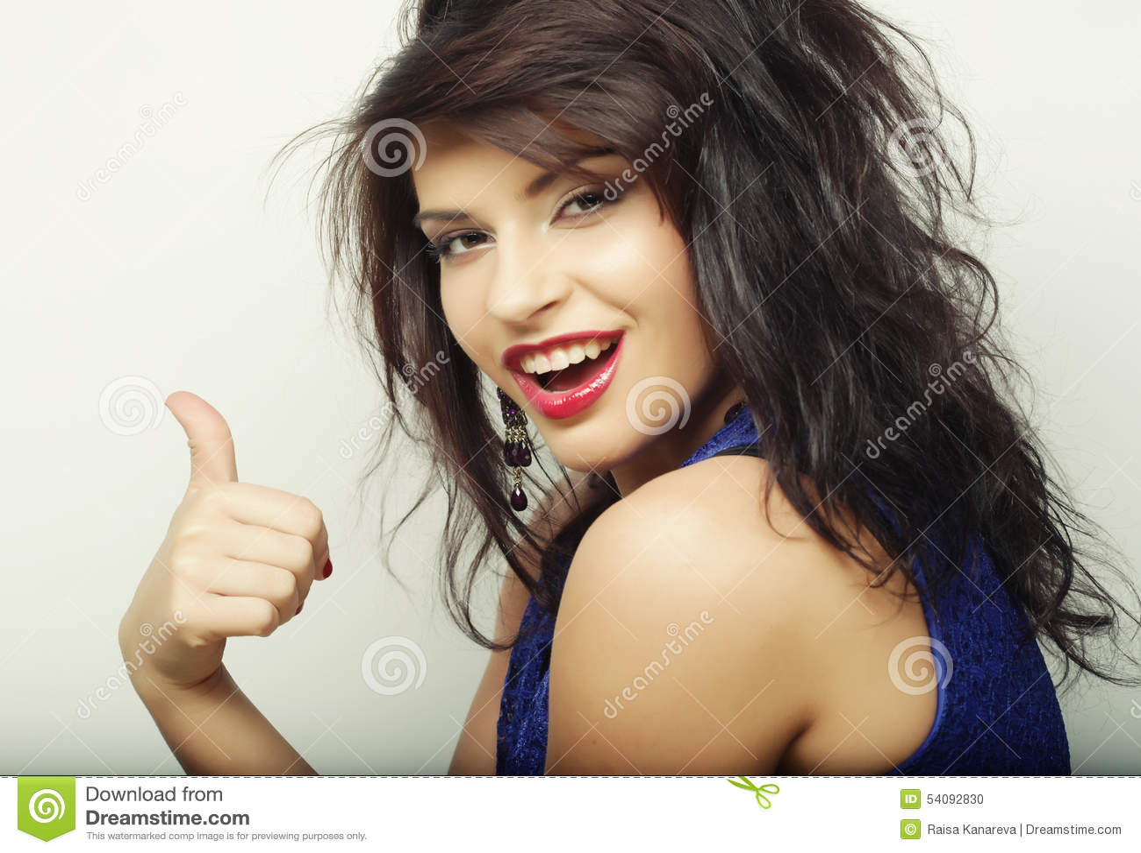 Mooie vrouw met grote gelukkige glimlach