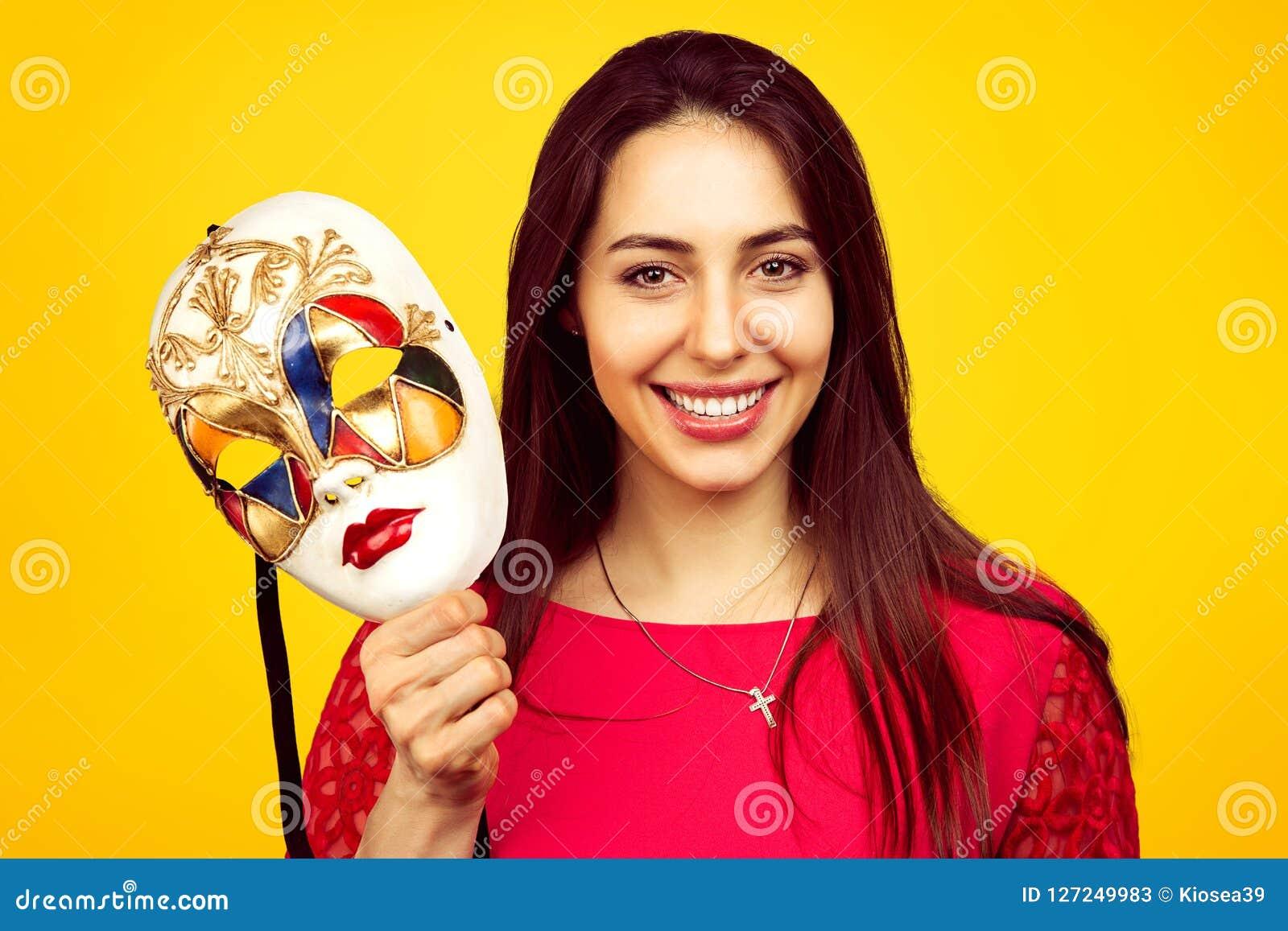 Mooie vrouw met kleurrijk Carnaval-masker