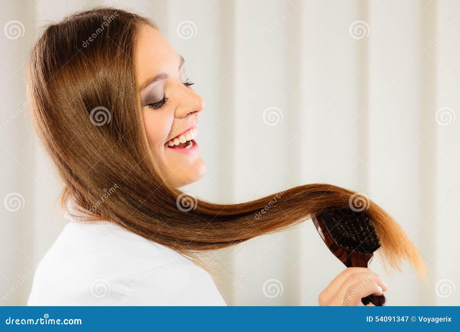 Mooie vrouw met lange haar en borstel