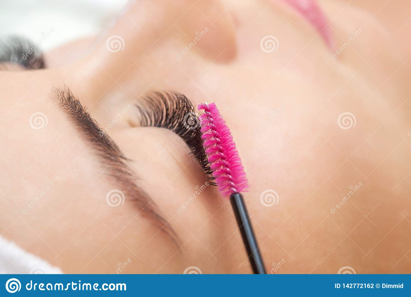 Mooie Vrouw met lange wimpers in een schoonheidssalon