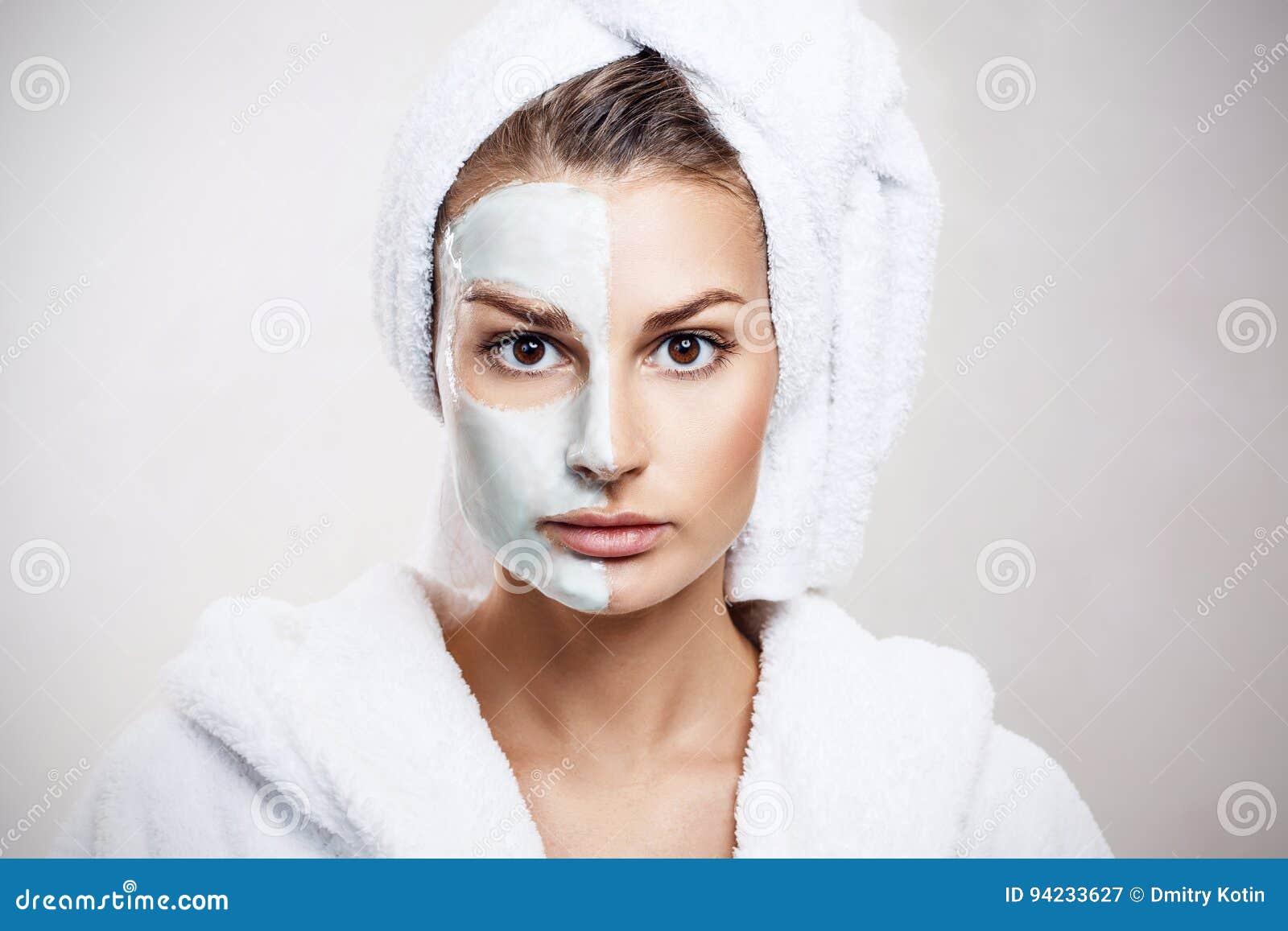 Mooie vrouw met masker op haar gezicht