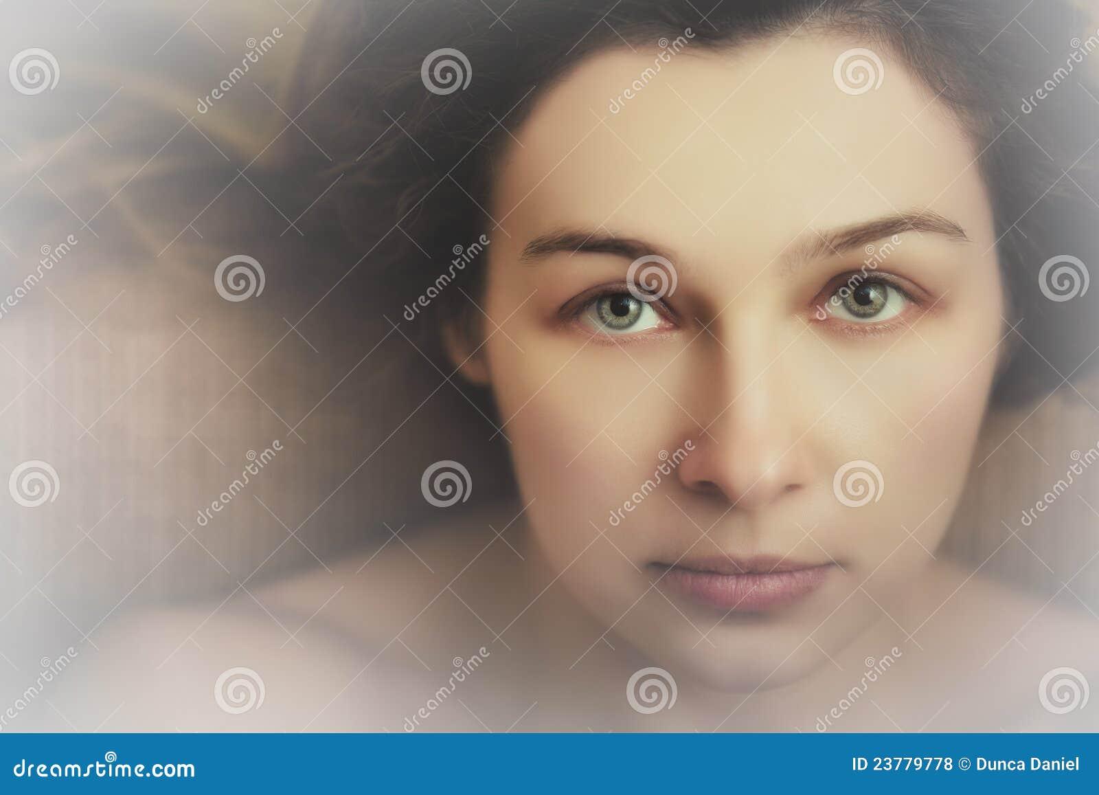 Mooie vrouw met sensuele expressieve ogen
