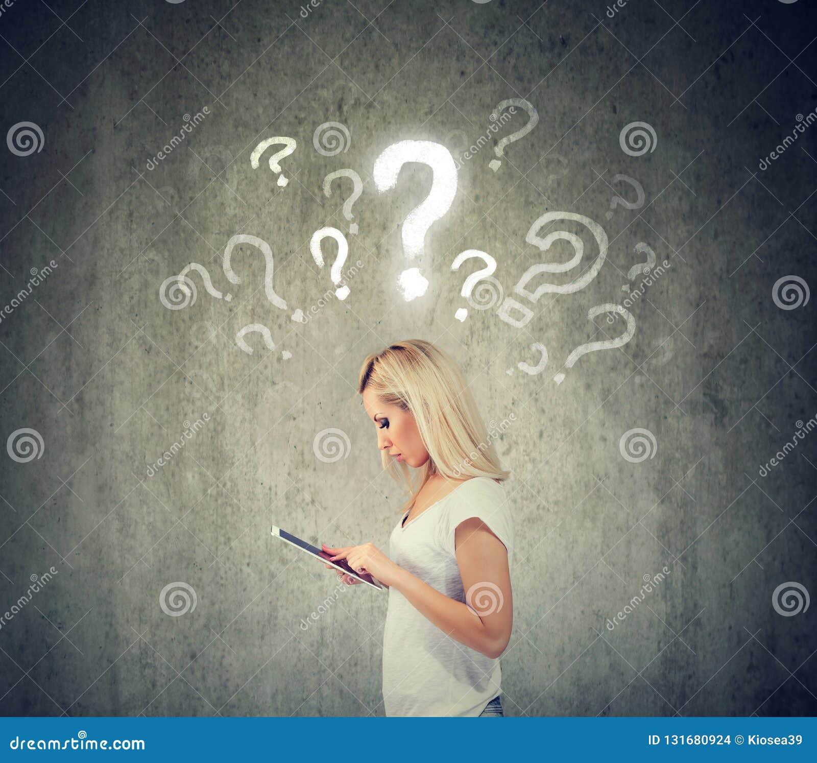 Mooie vrouw met tabletcomputer en vragenteken