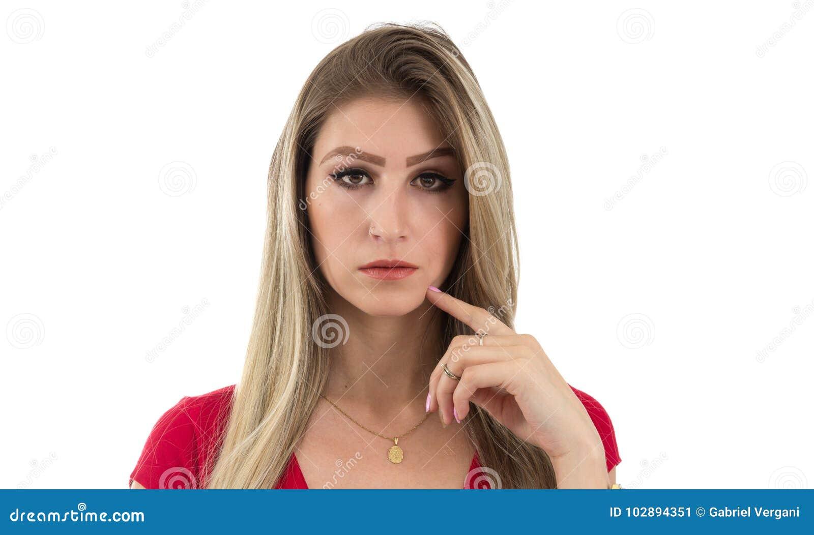 Mooie vrouw met vingertop op kin Blondepersoon en wearin