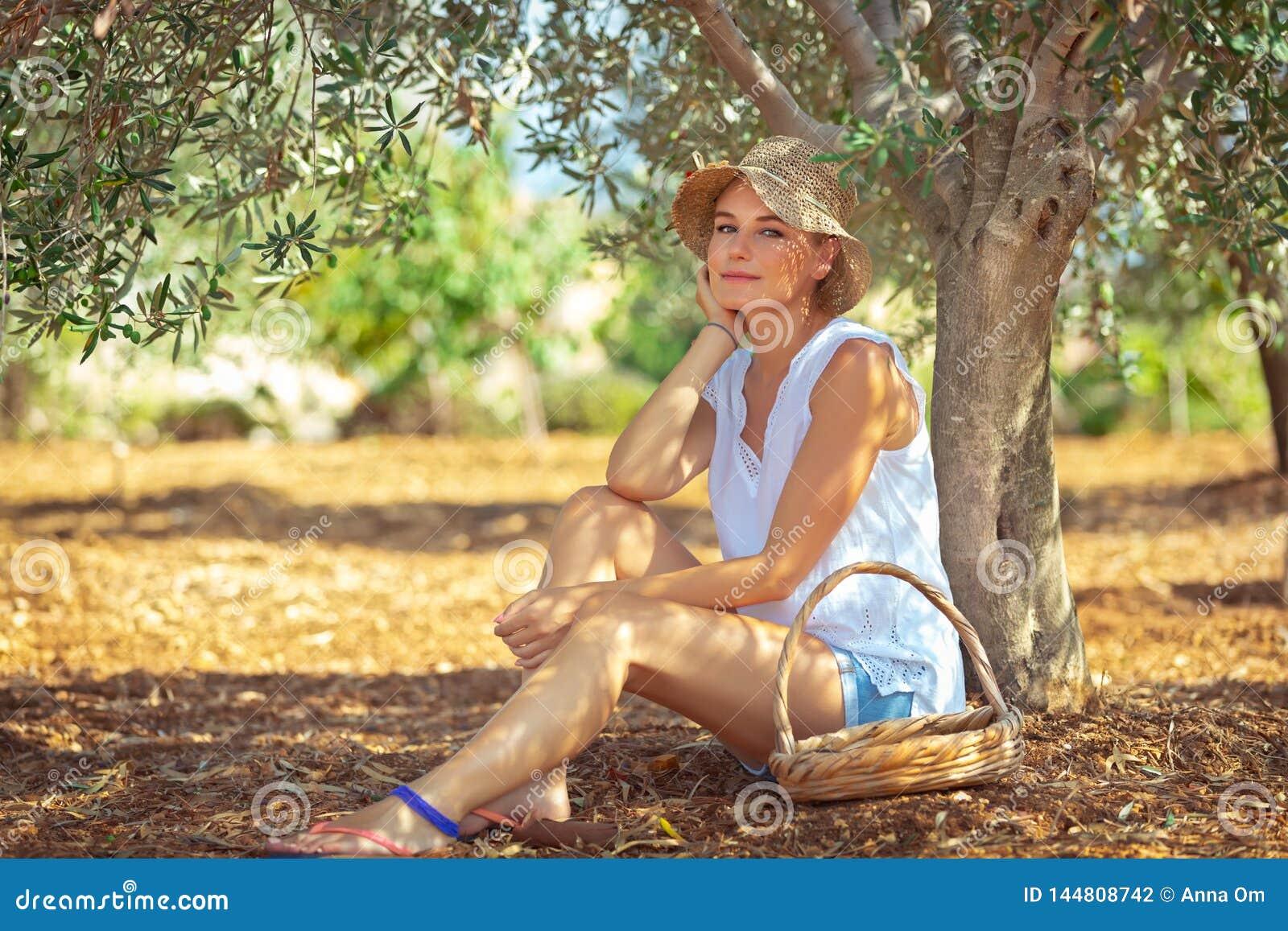 Mooie vrouw in olijftuin
