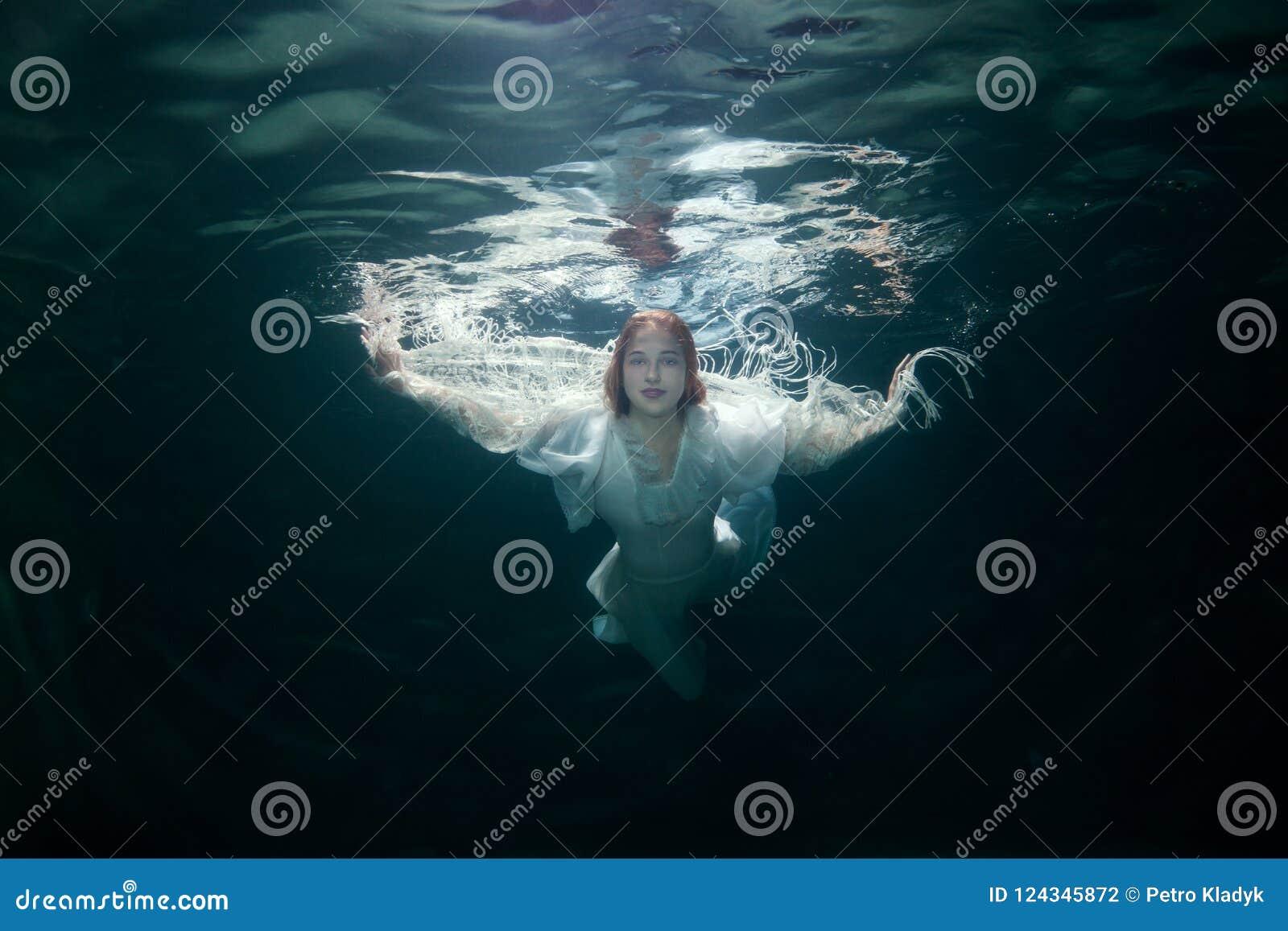 Mooie vrouw onder het water