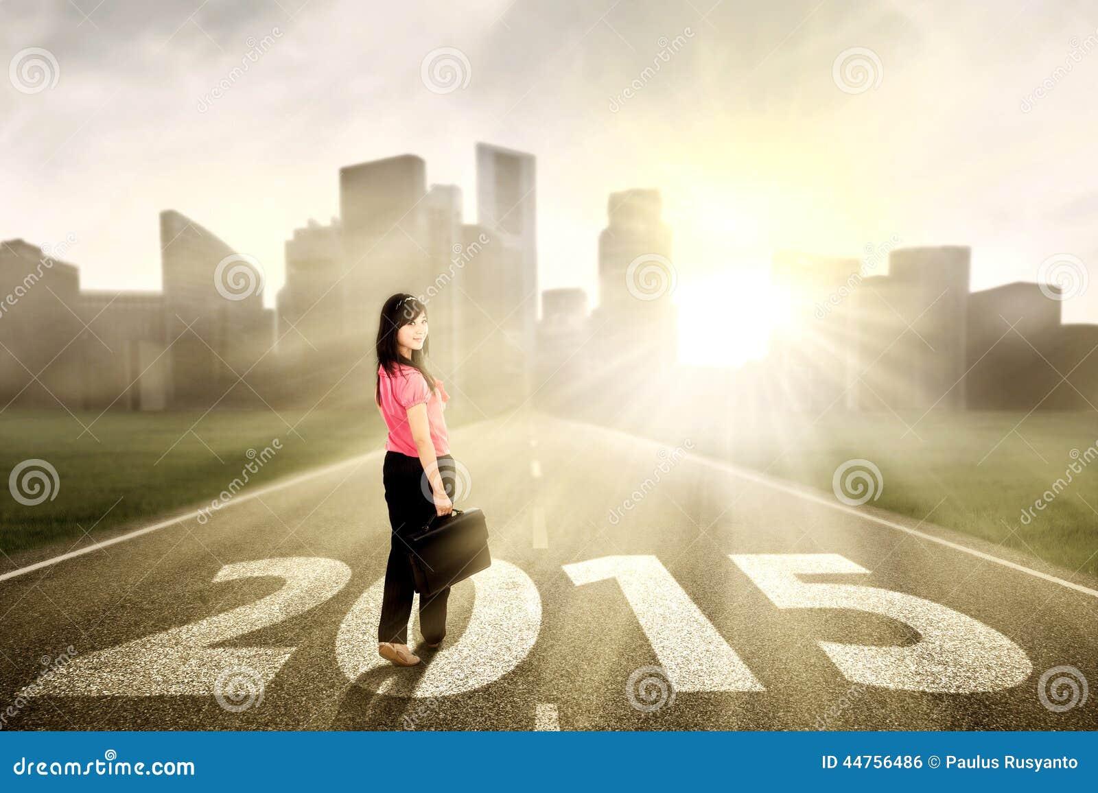 Mooie vrouw op de weg aan toekomst