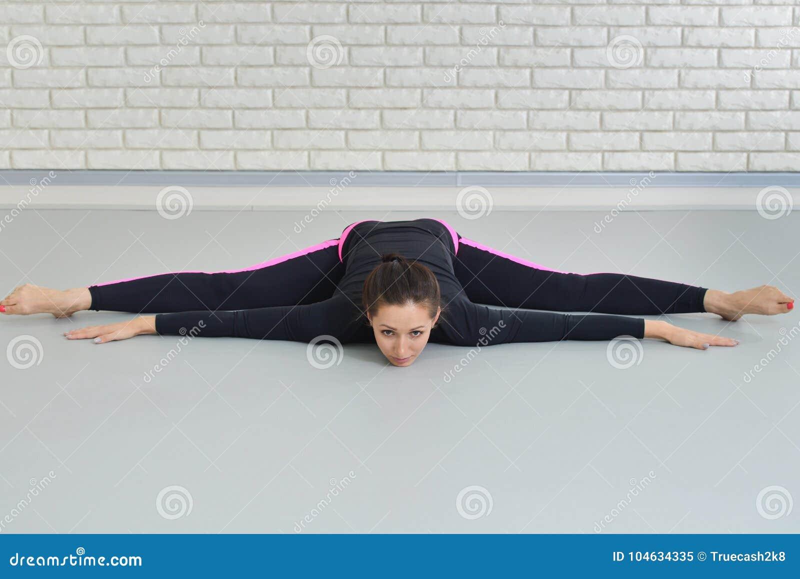 Download Mooie Vrouw In Sportkleding Die Bij Geschiktheidsstudio Uitoefenen, Die Streng Uitvoeren Die Op De Vloer Liggen Stock Afbeelding - Afbeelding bestaande uit oefening, gezond: 104634335
