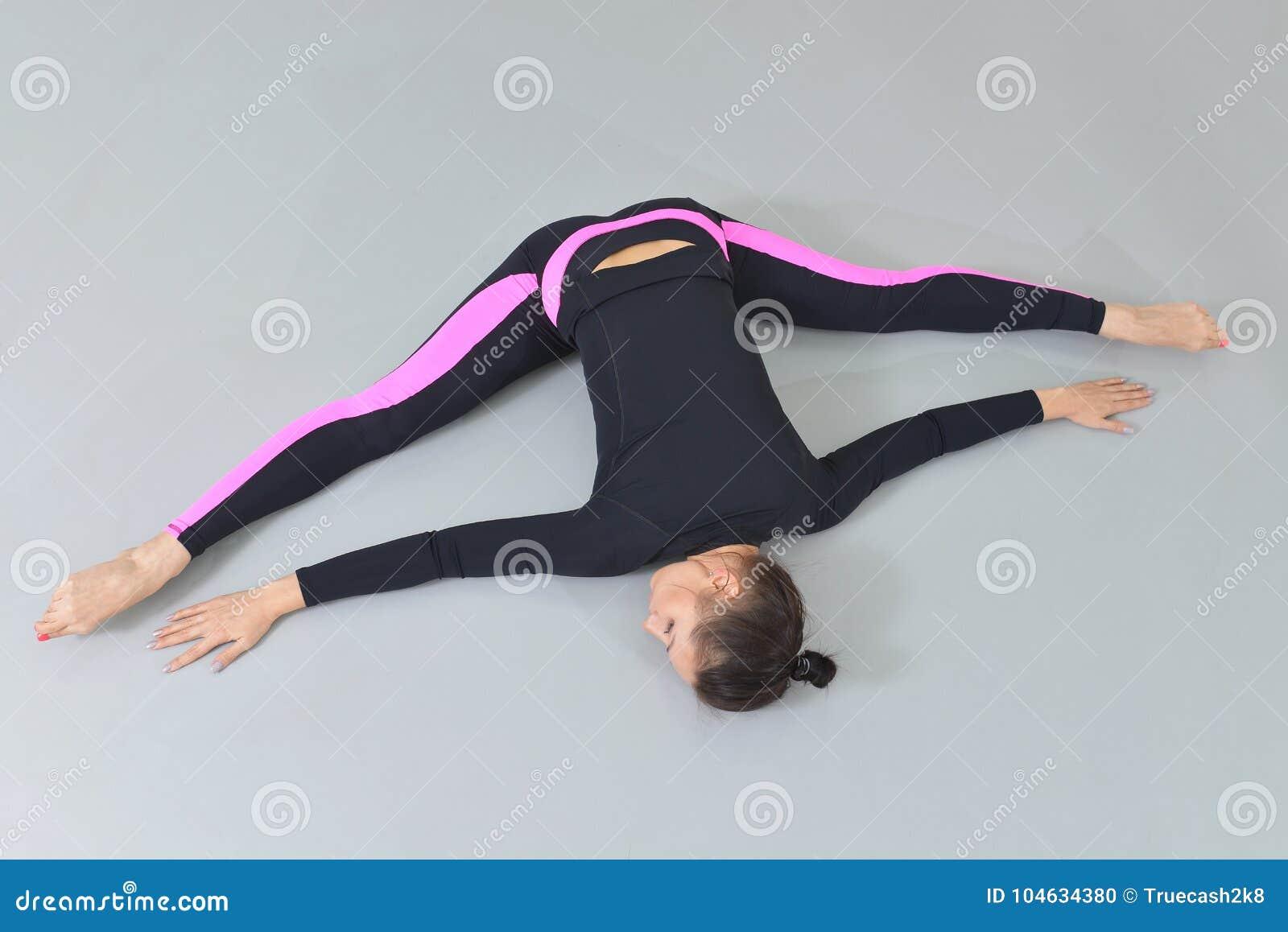 Download Mooie Vrouw In Sportkleding Die Bij Geschiktheidsstudio Uitoefenen, Die Streng Uitvoeren Die Op De Vloer Liggen Hoge Hoekmening Stock Foto - Afbeelding bestaande uit levensstijl, vorm: 104634380