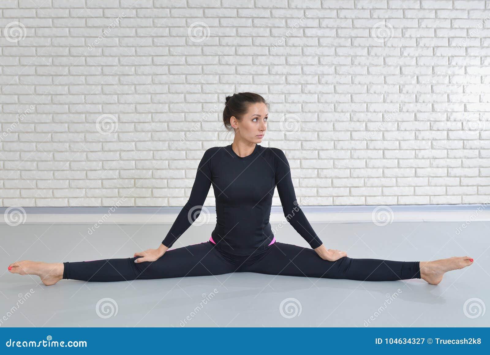 Download Mooie Vrouw In Sportkleding Die Bij Geschiktheidsstudio Uitoefenen, Die Strengzitting Op De Vloer Uitvoeren Stock Afbeelding - Afbeelding bestaande uit vorm, slank: 104634327
