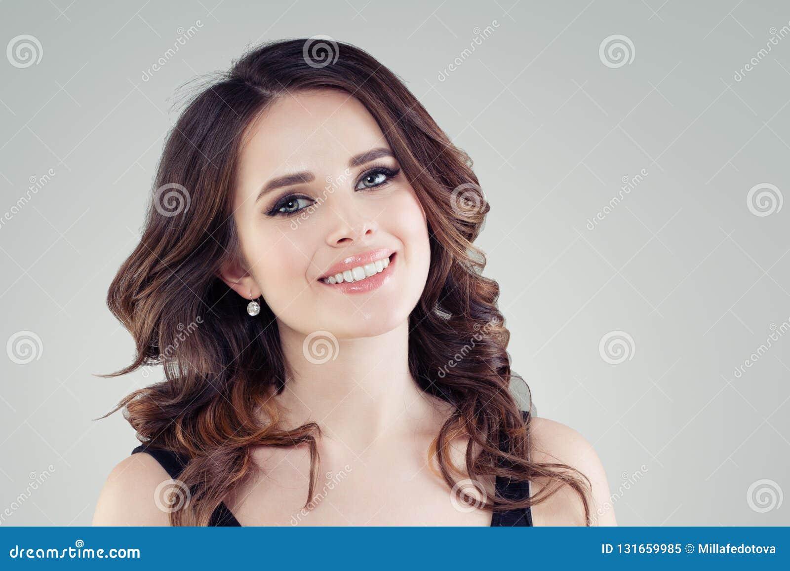 Mooie vrouwelijke gezichtsclose-up Het glimlachen jong vrouwenportret