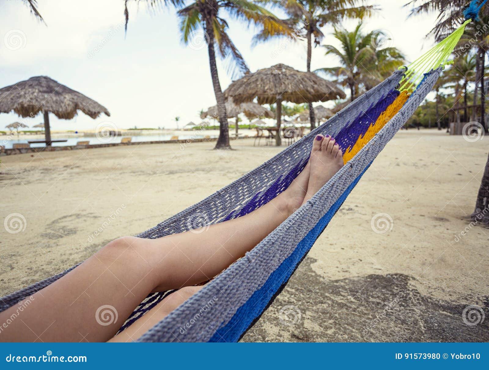 Hangmat Uit Mexico.Mooie Vrouwelijke Voeten En Benen Die In Een Hangmat Op Het Strand