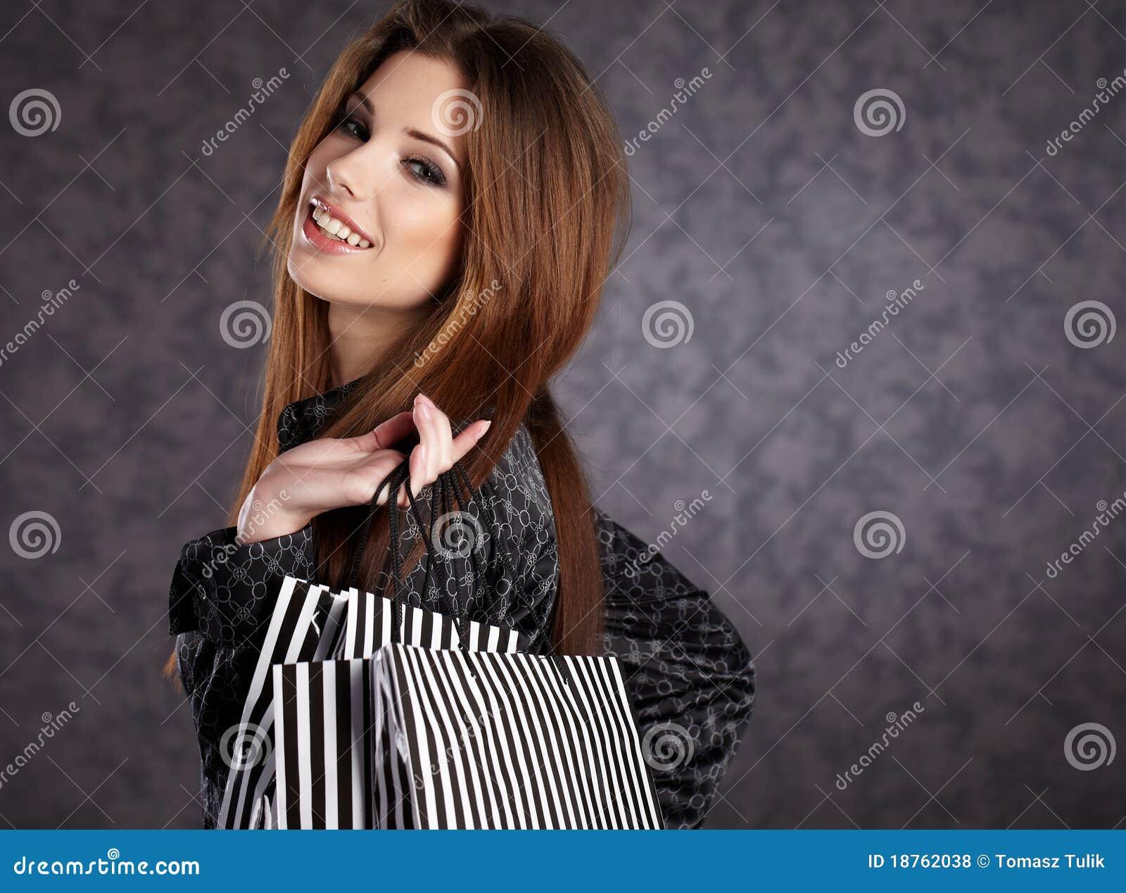 Mooie vrouwen met haar het winkelen zakken