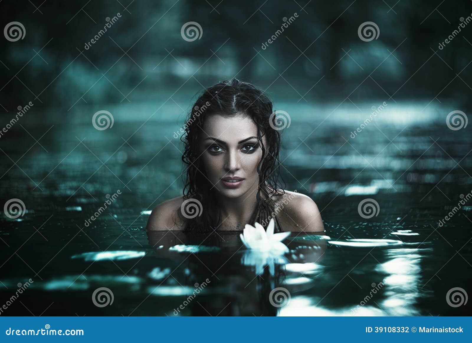 Mooie vrouwen in water