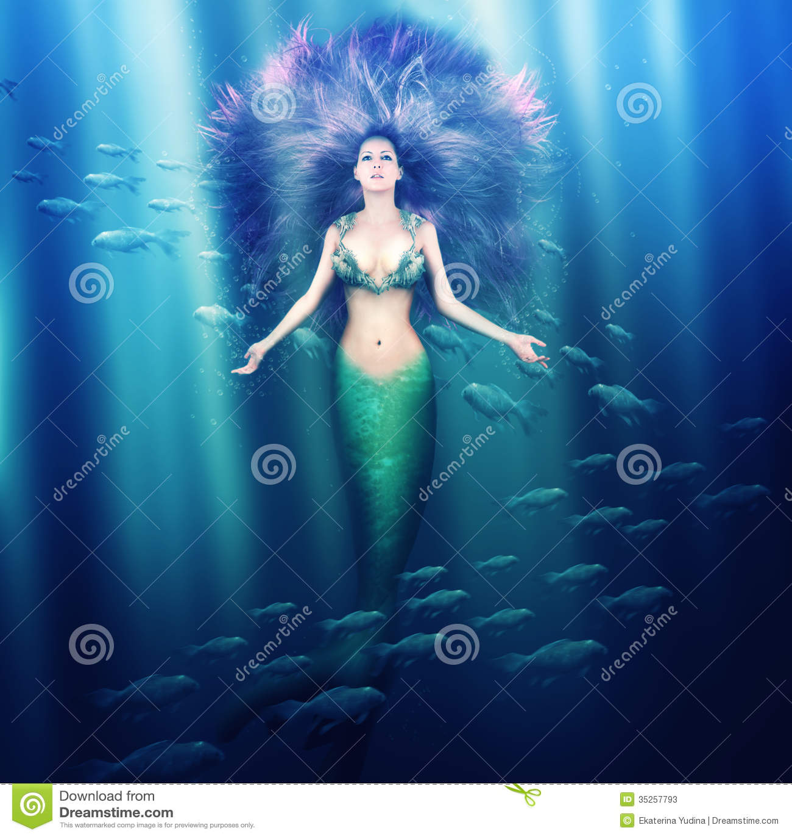 Mooie vrouwenmeermin in het overzees