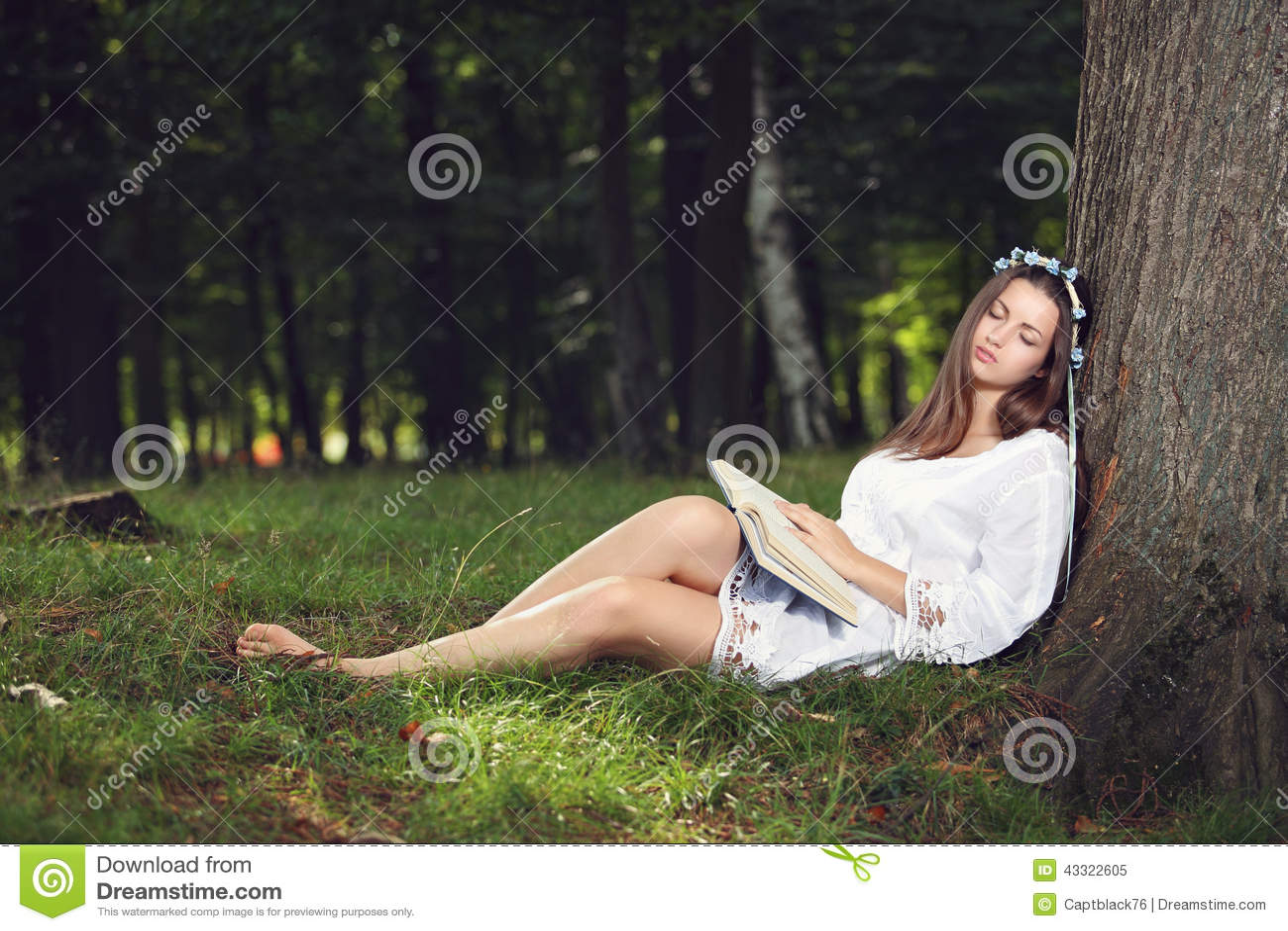 Mooie vrouwenslaap vreedzaam in het bos