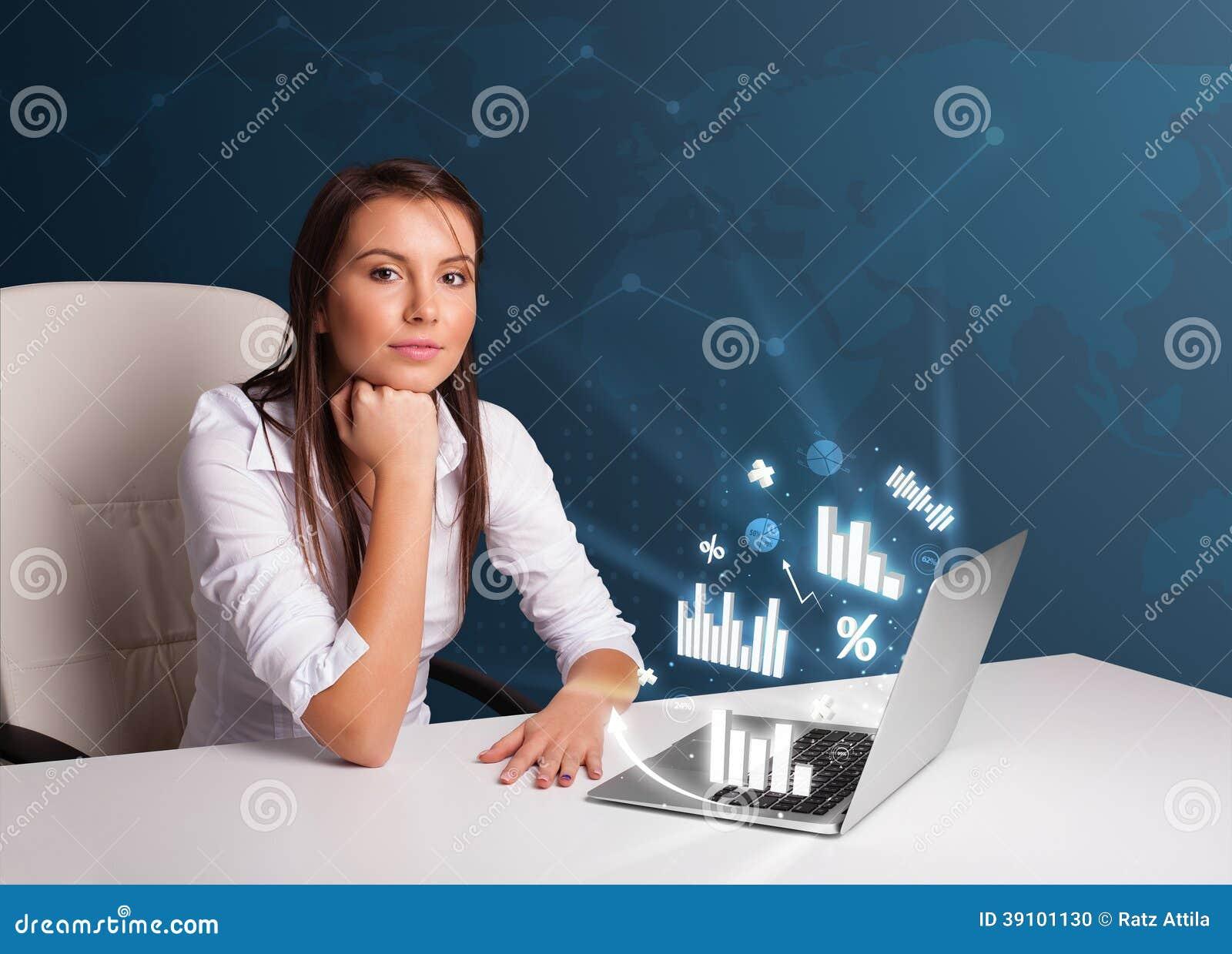 Mooie vrouwenzitting bij bureau en het typen op laptop