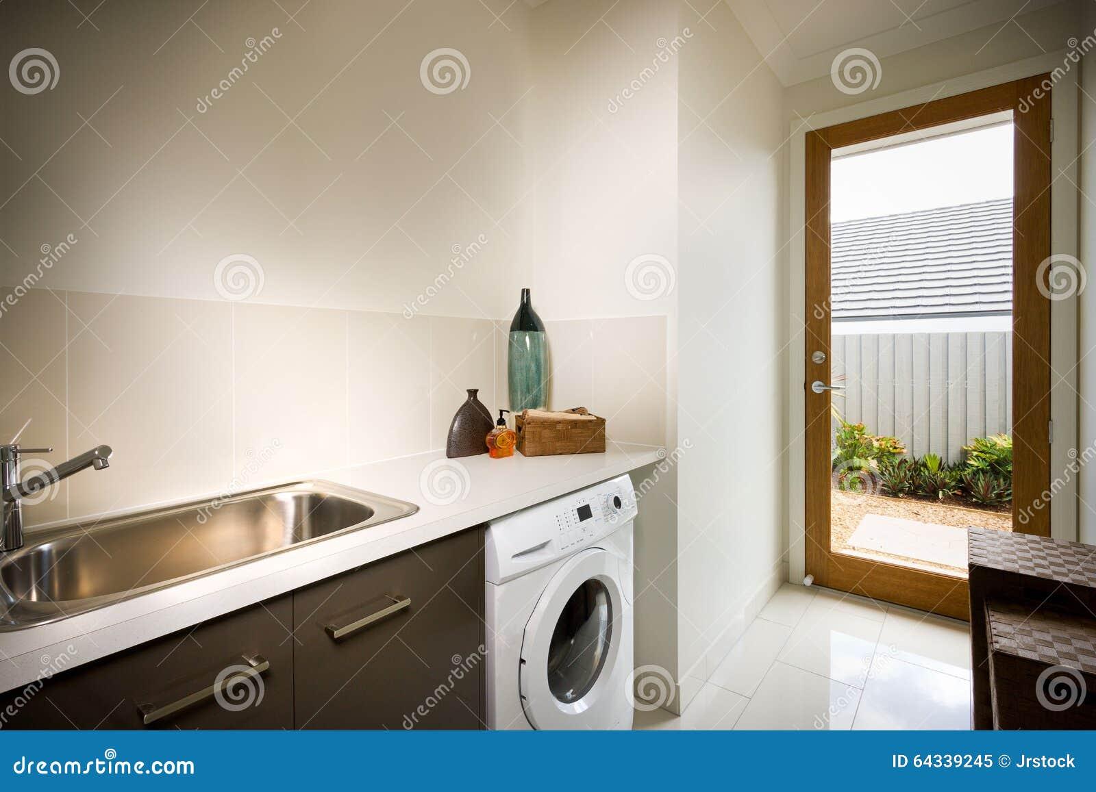 Mooie wasruimte met een wasmachine en een gootsteen stock afbeelding afbeelding 64339245 - Een wasruimte voorzien ...