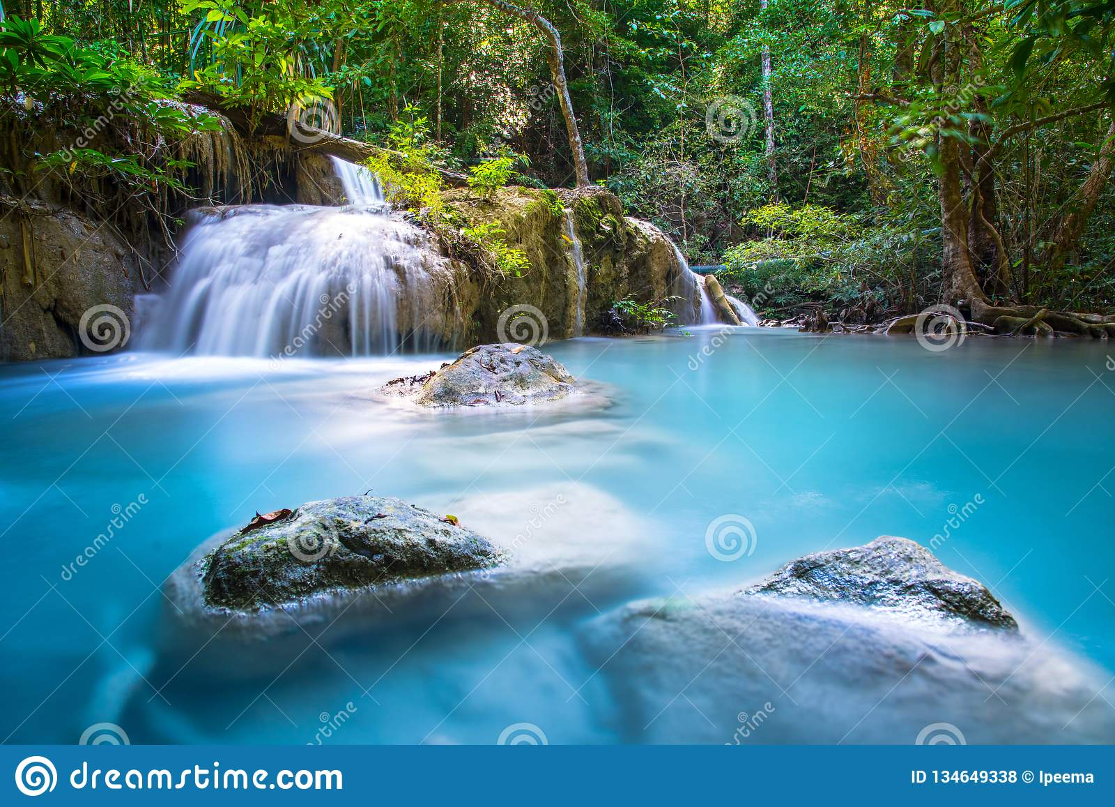 Mooie Waterval in diep bos bij Erawan-waterval Nationaal Park, Kanchanaburi,