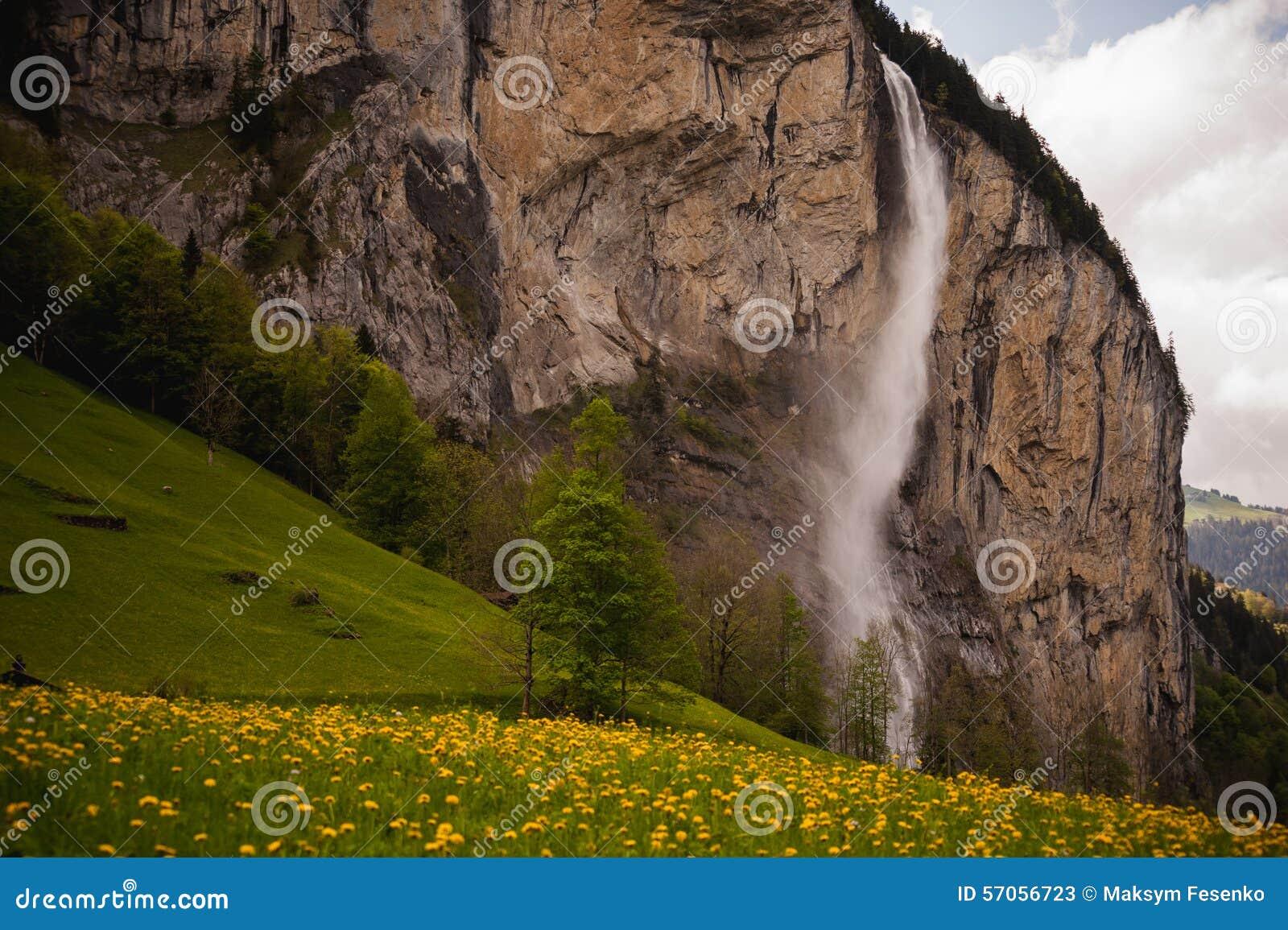 Mooie waterval in het Zwitserse dorp van Lauterbrunnen